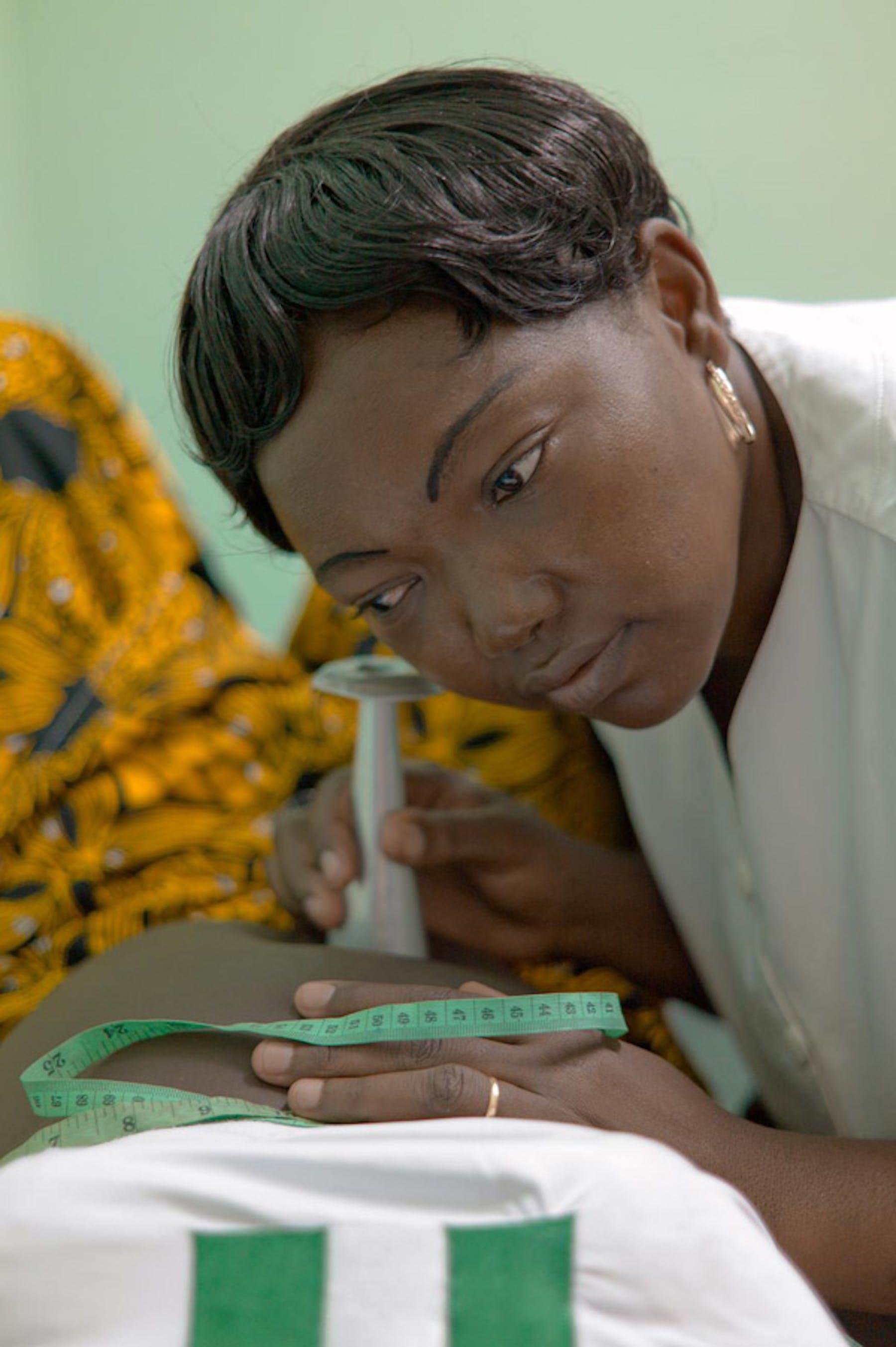 Un'ostetrica ausculta il battito cardiaco fetale nell'ospedale di Bangui, capitale della Repubblica Centrafricana - ©UNICEF/NYHQ2012-2174/Christine Nesbitt