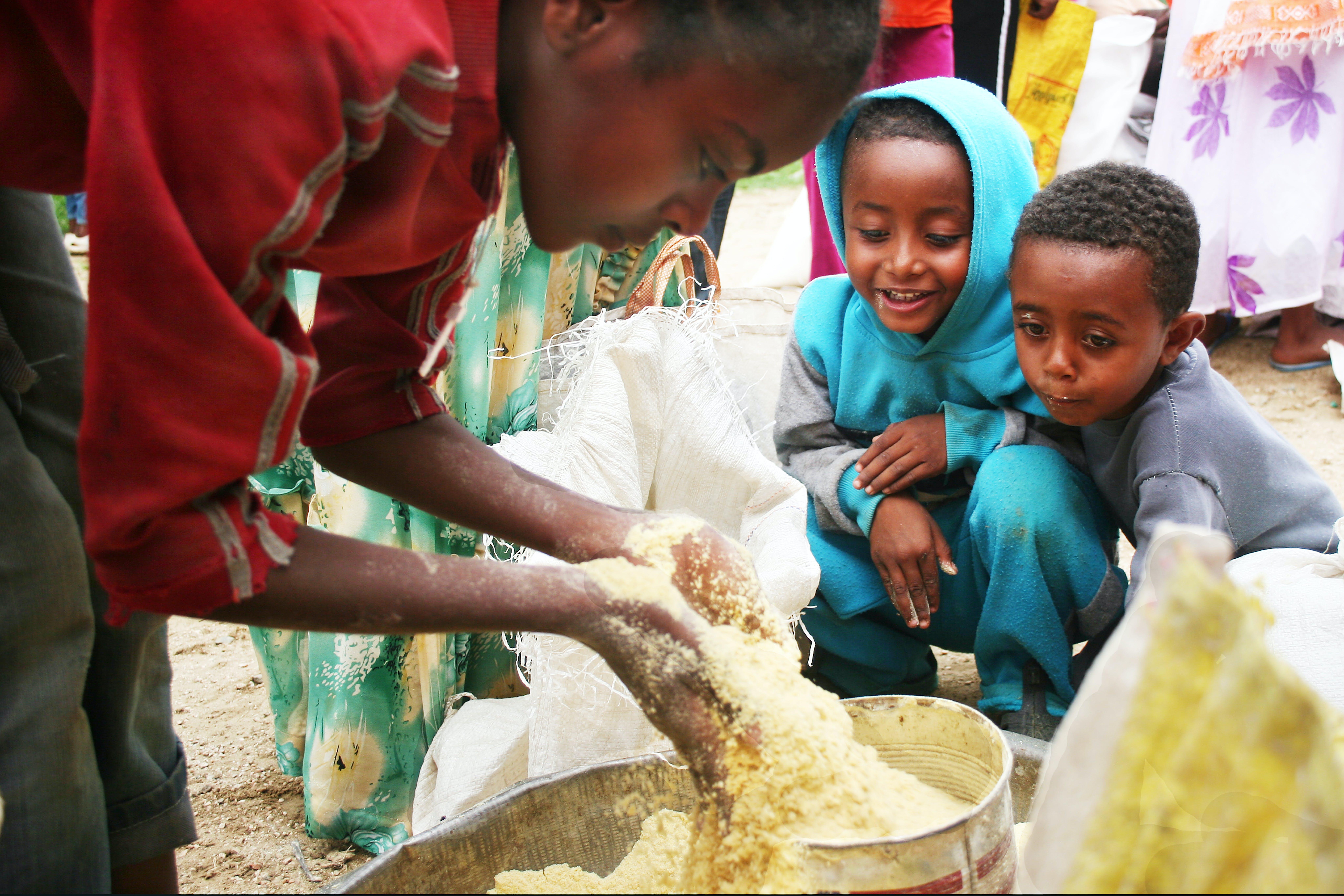 ©Patrizia Paternò/UNICEF Italia. La distribuzione mensile di UNIMIX fornito dall'UNICEF presso l'ospedale di Elabered.