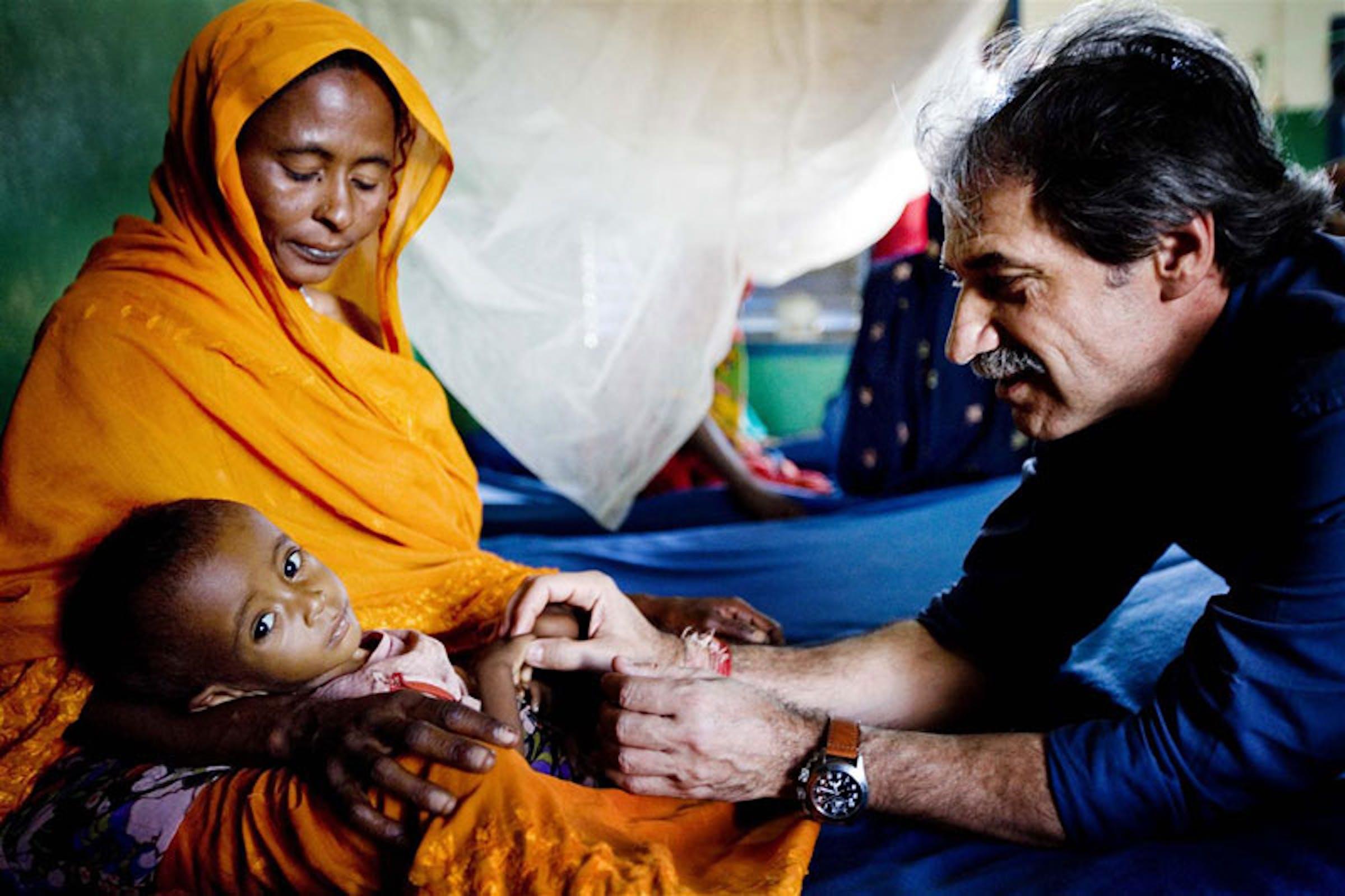 Marzio Babille (pediatra italiano dell'UNICEF) visita un bambino gravemente malnutrito in un ambulatorio in Ciad - ©UNICEF/NYHQ2010-0401/K.Holt
