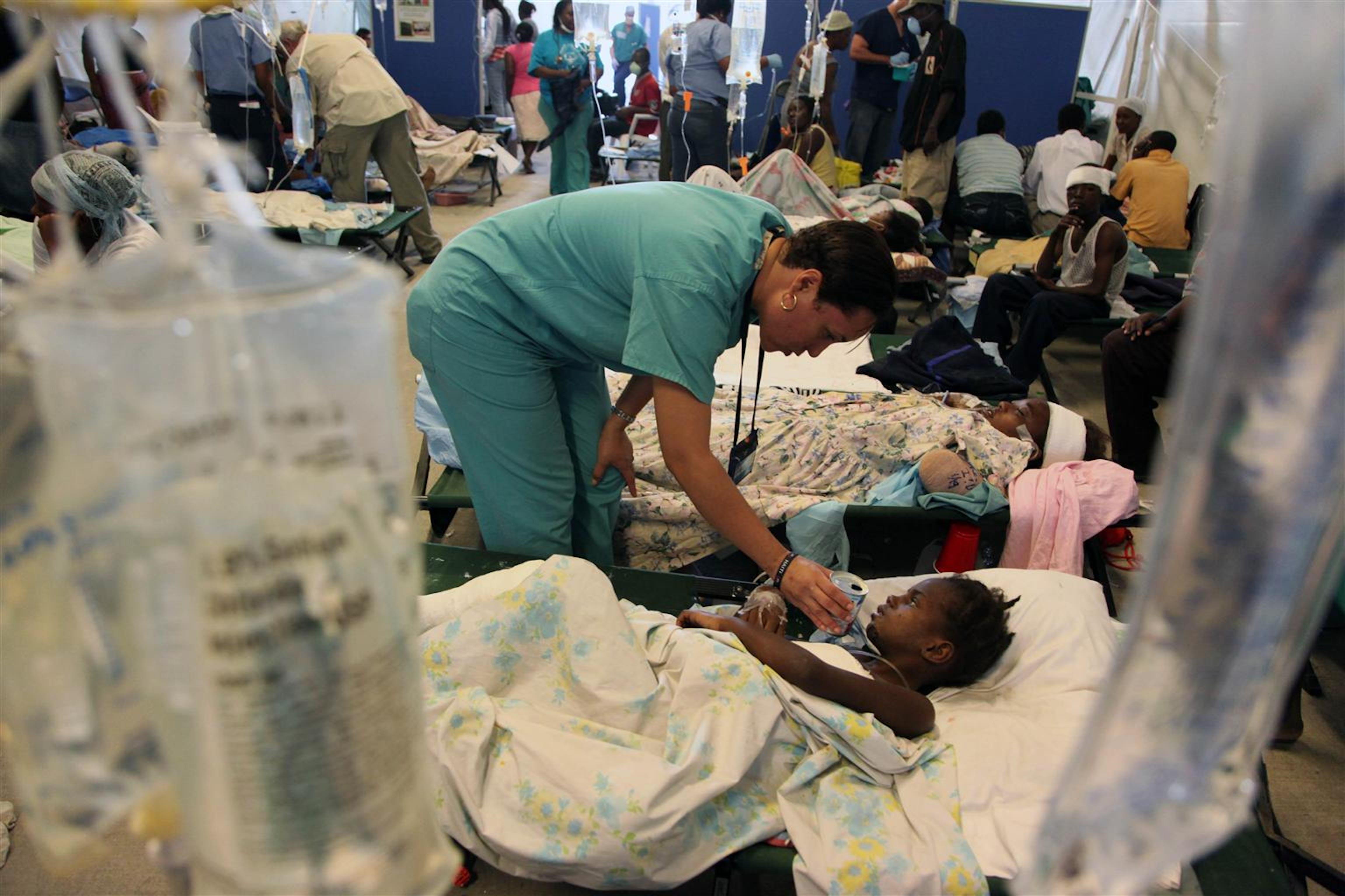Un ospedale da campo allestito nei pressi dell'aeroporto di Port-au-Prince, Haiti. L'infermiera è tornata nel suo paese natale per aiutare i connazionali
