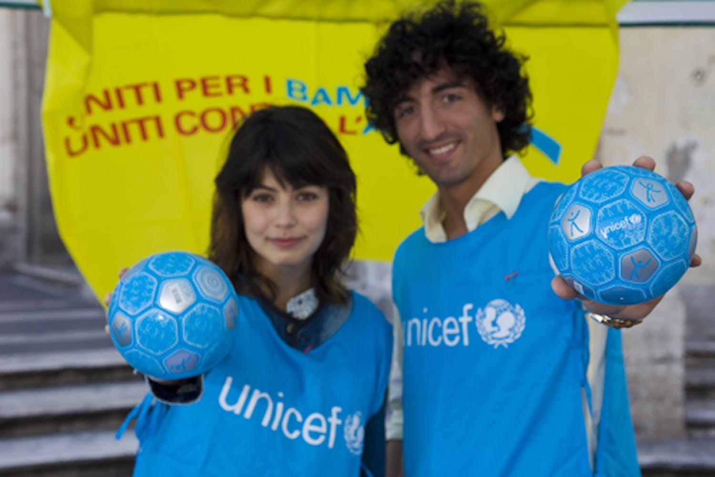 Alessandra Mastronardi e Samuel Peron testimonial dell'iniziativa Segniamo un gol per l'Africa in piazza del Popolo a Roma