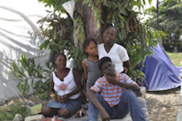 Christine (a sinistra) con i fratelli e la mamma, fotografati nell'accampamento in cui vivono dal giorno del terremoto - ©UNICEF Haiti/2010/Brule