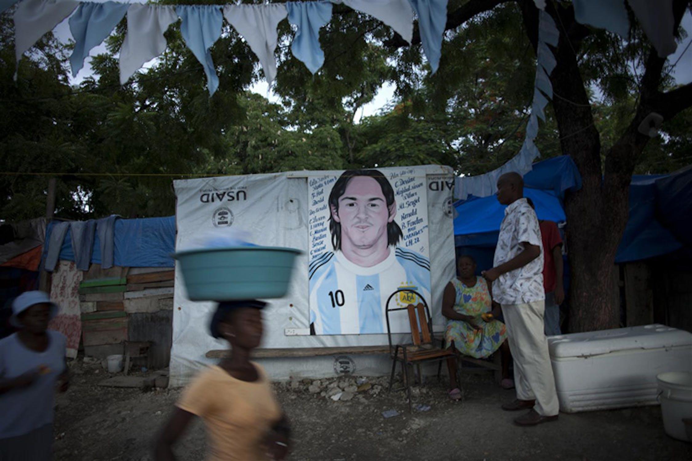 Un ritratto di Messi con la maglia argentina decora questa tenda in uno dei quasi mille accampamenti spontanei a Port-au-Prince, capitale di Haiti - ©UNICEF/NYHQ2010-1276/Ramoneda