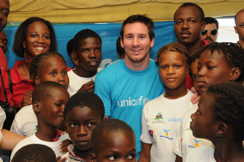 Leo Messi tra i bambini di Haiti - ©UNICEF/NYHQ2010-1396/S.Markisz