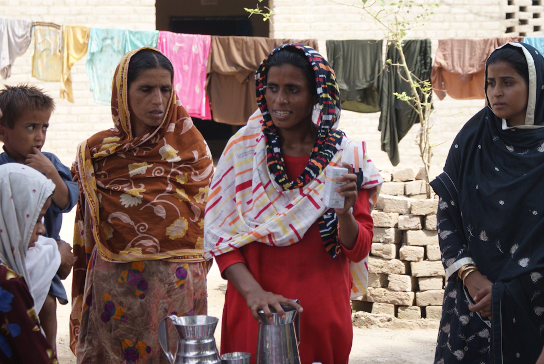 Le operatrici sanitarie al lavoro, durante una sessione di formazione ed educazione sanitaria ©UNICEF/Pakistan/McBride