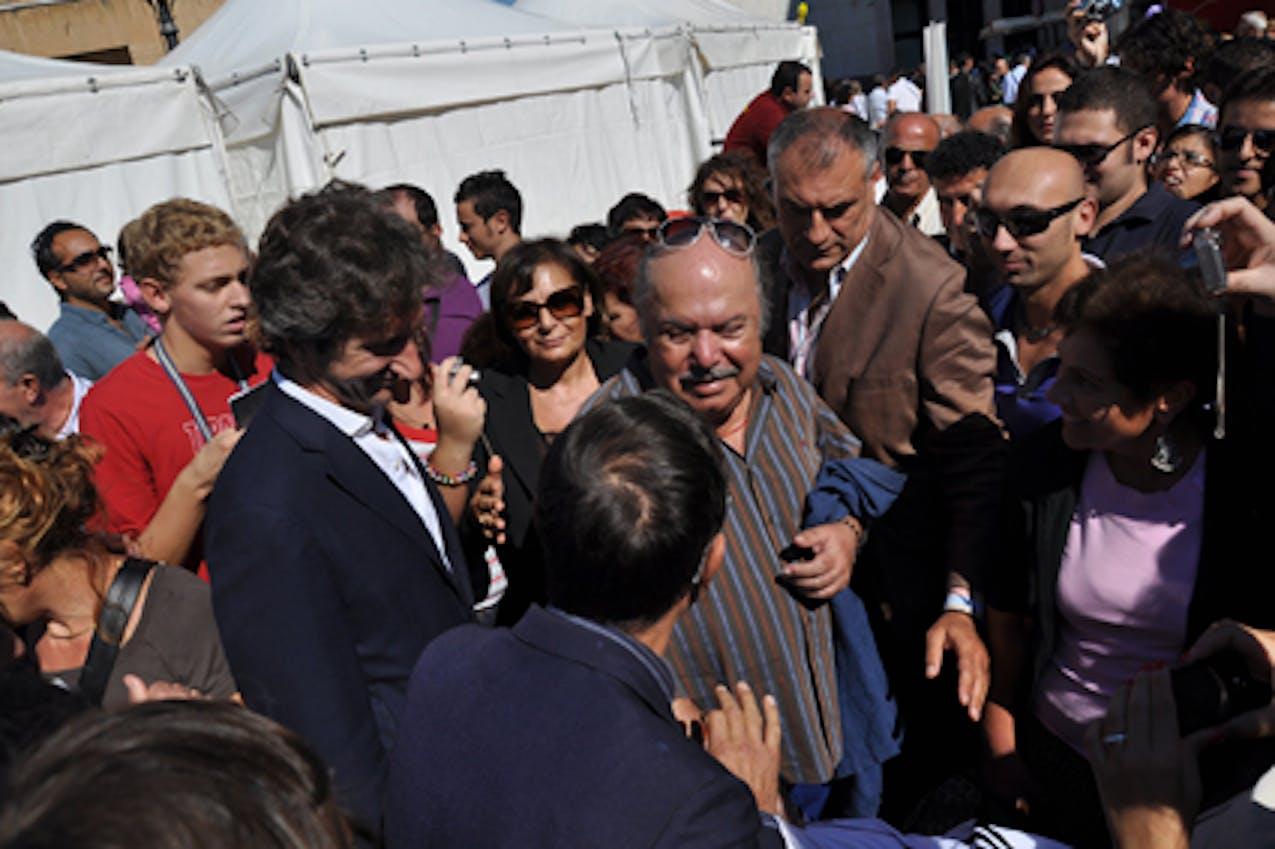 Lino Banfi assediato dai fans allo stand UNICEF di Lecce- ©UNICEF Italia/2010
