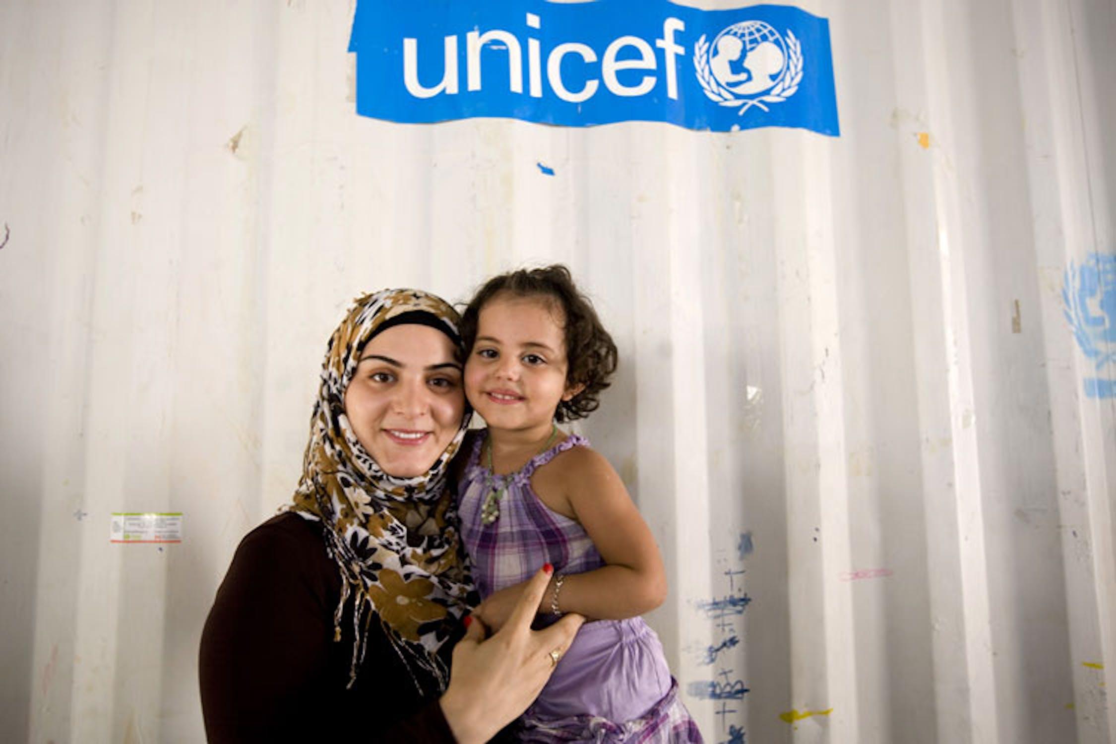Marwa El Hab con una bambina nello spazio giochi protetto allestito dall'UNICEF nel Campo profughi di Nahr El Bared. ©Ada Lombardi/UNICEF Italia/2010