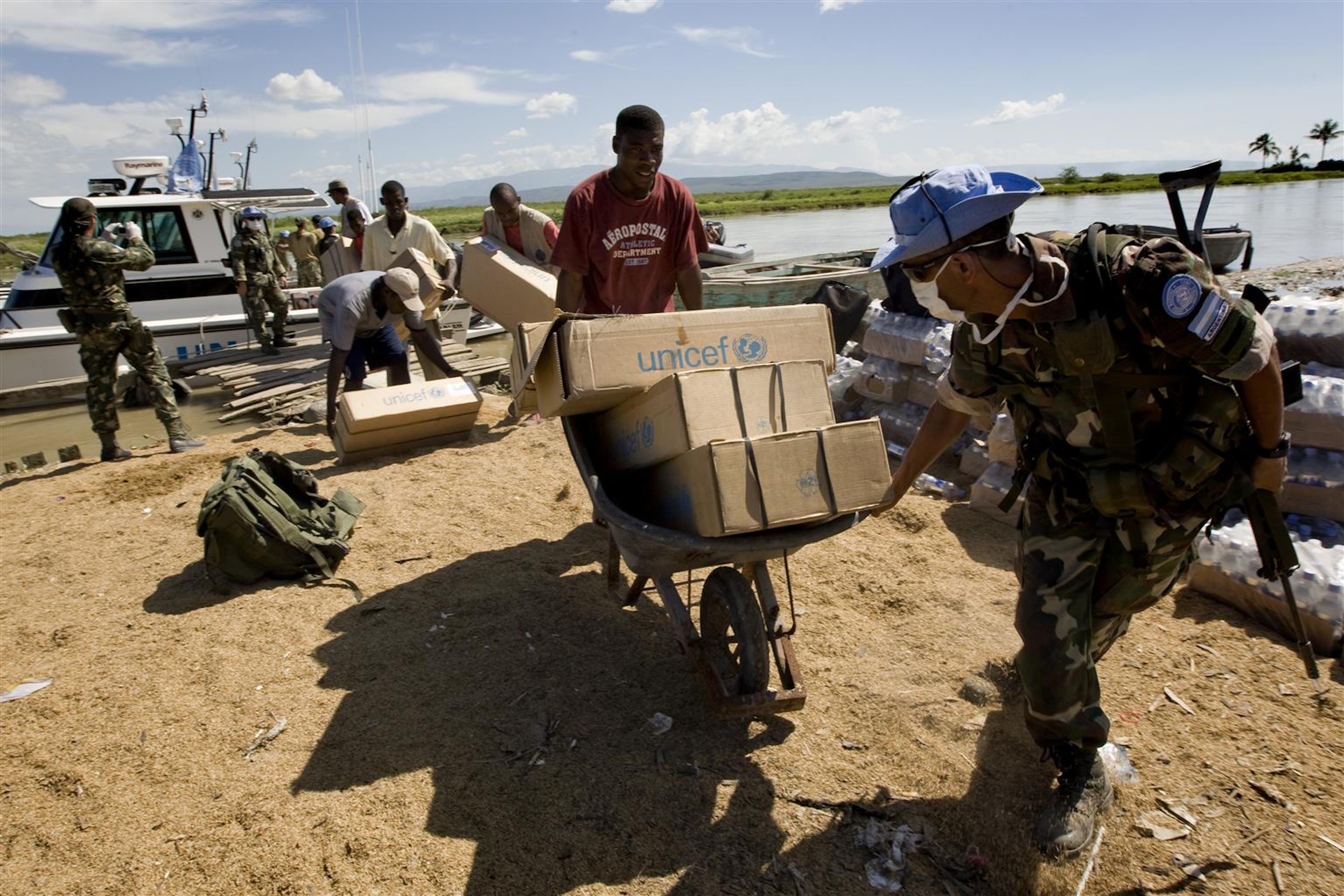 Un peacekeeper delle Nazioni Unite aiuta gli operatori della Ong Acted a caricare i kit medici e per la reidratazione forniti dall'UNICEF. © UNICEF/NYHQ2010-2145/D ormino
