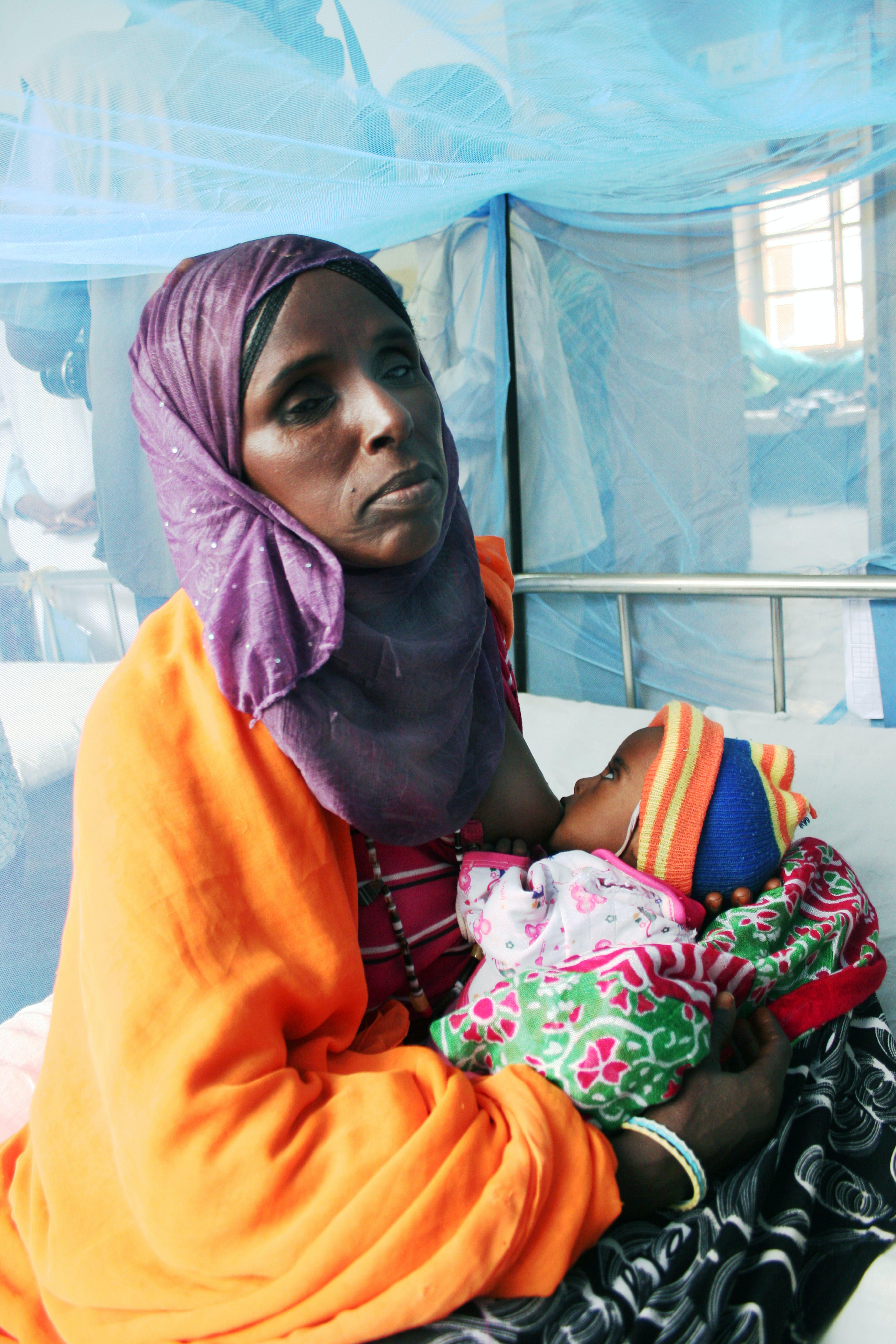©Patrizia Paternò/UNICEF Italia. Un bambino gravemente malnutrito con la mamma all'Ospedale di Keren Hospital.
