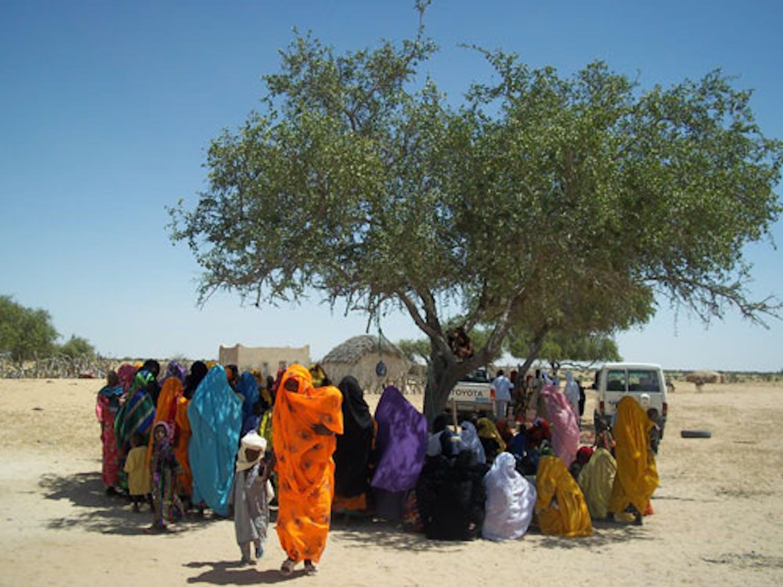 Delle mamme aspettano davanti al Centro Sanitario di Djoukoulikouli' che i loro figli vengano visitati. ©Saira Cutrone