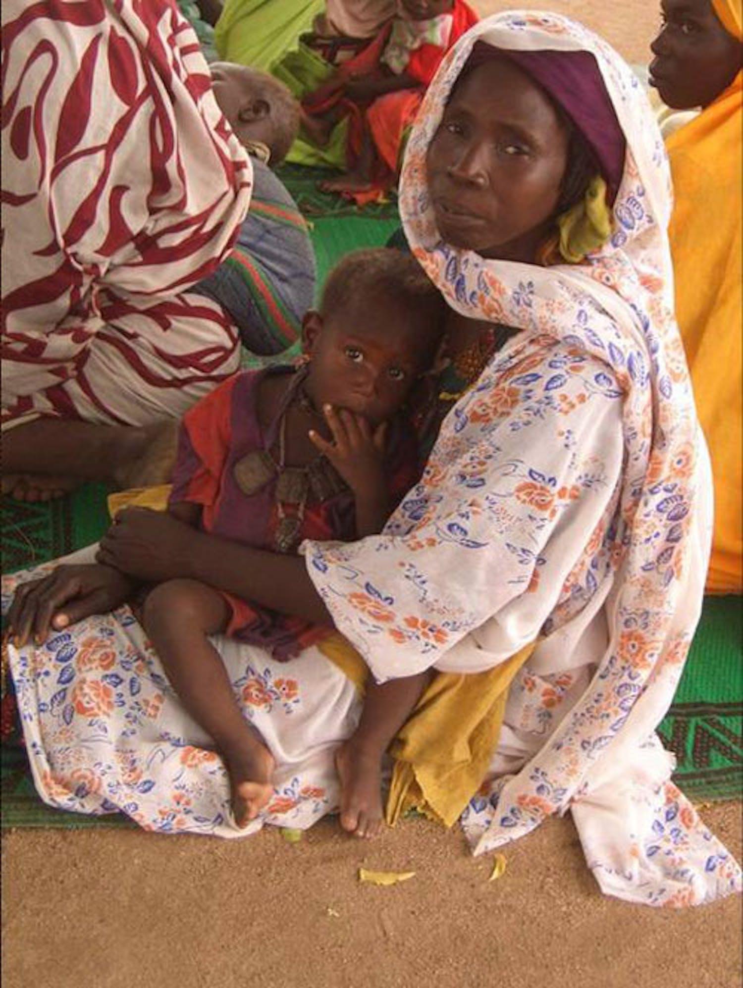 Una mamma e il suo bambino in un centro sanitario. ©Bianca Nicolini