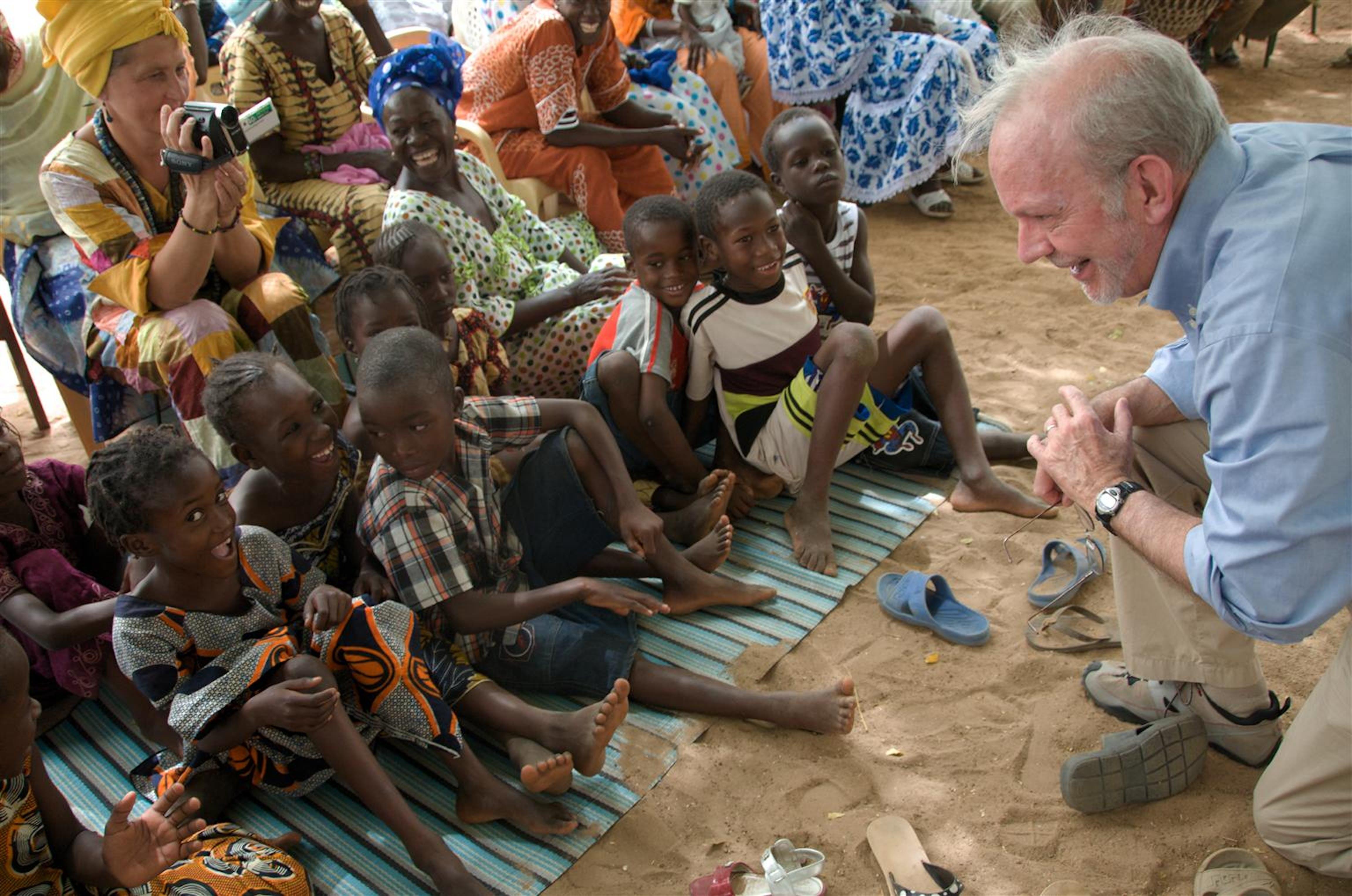 Il Direttore dell'UNICEF Anthony Lake accolto dai bambini durante una visita al villaggio di Keur Simbara, nella regione Thiès, 70 kilometri da Dakar, Senegal