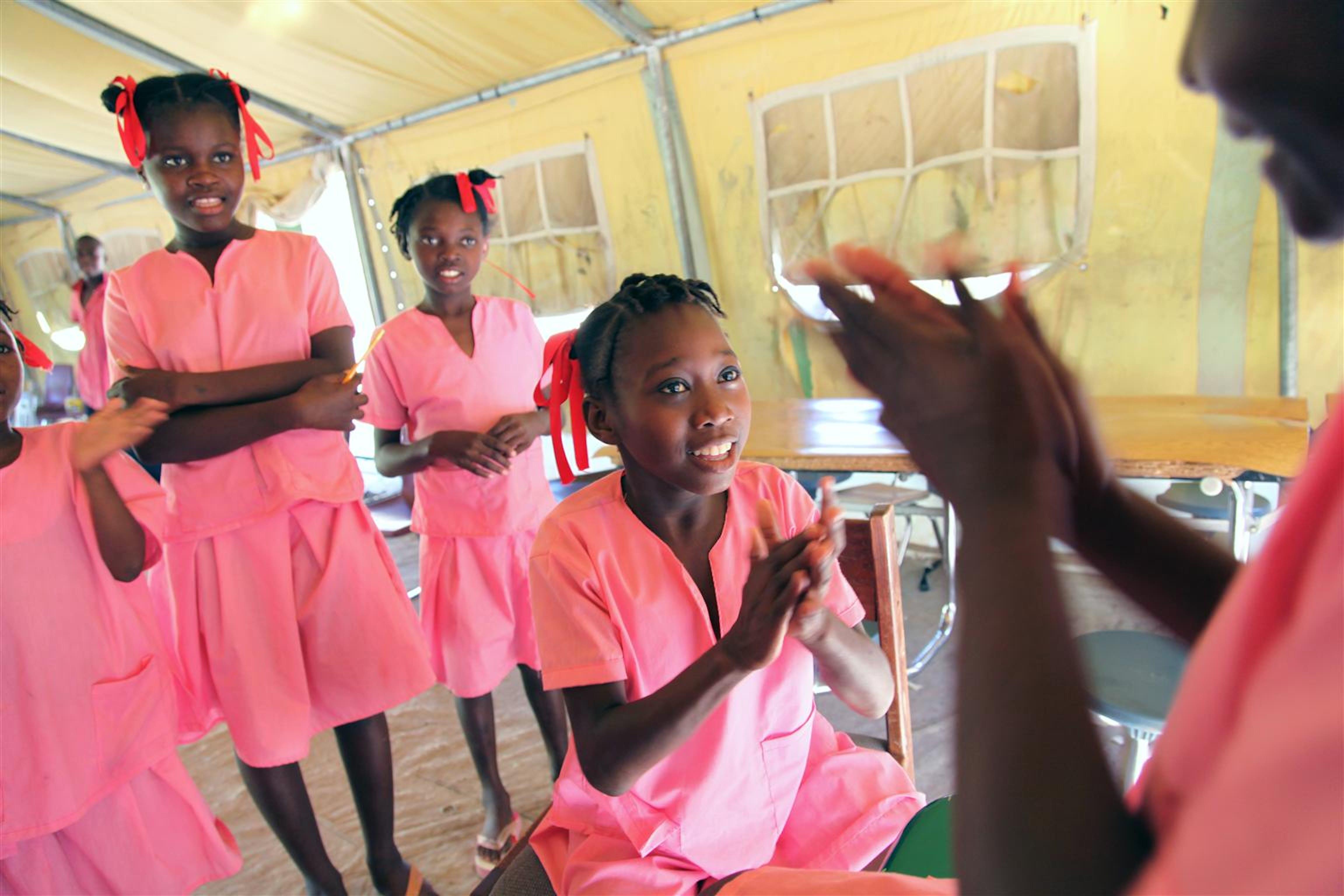 Alcune bambine ospiti di un centro di accoglienza per orfani e ex bambini lavoratori a Ganthier (Haiti). Il centro è gestito da una ONG locale con sostegno finanziario e logistico dell'UNICEF - ©UNICEF NYHQ2010-2626/R. LeMoyne