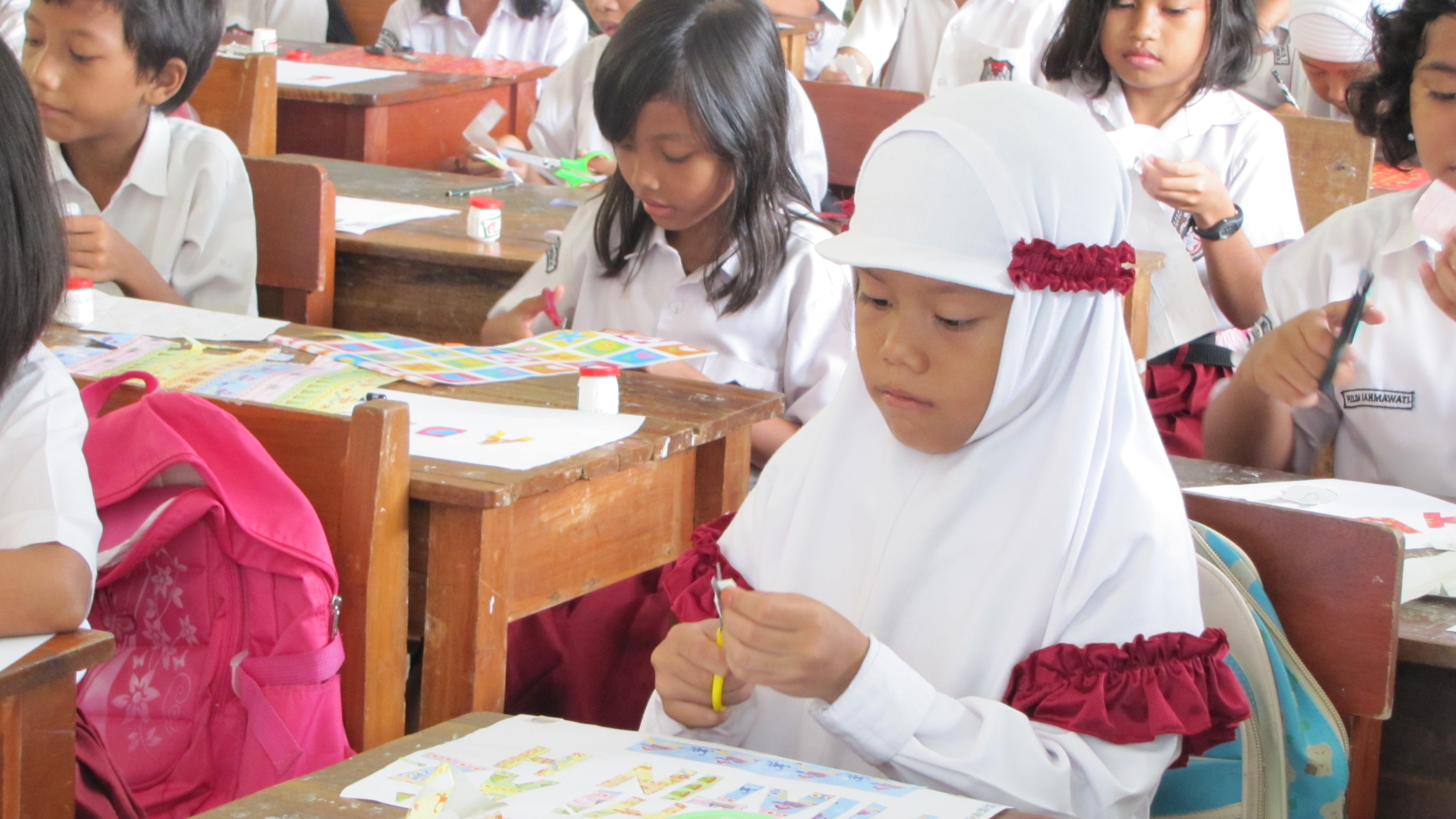 Bambini delle prime classi durante una delle attività creative. © Alessandra Ficarra