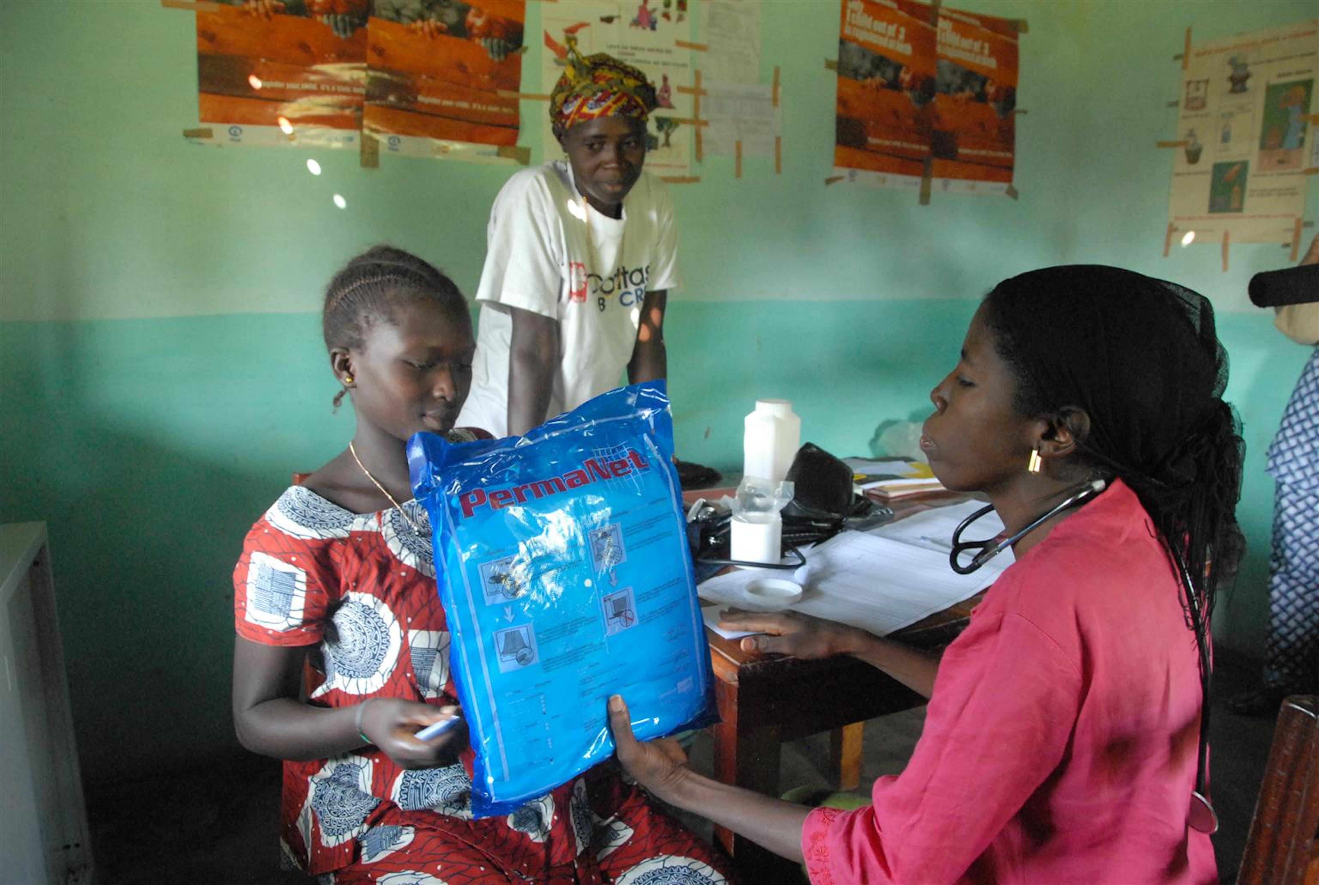 Guinea Bissau. Una mamma incinta riceve la zanzariera UNICEF. Servirà a proteggere lei e il bambino dalla malaria© UNICEF/2009-0023/S.Marcato