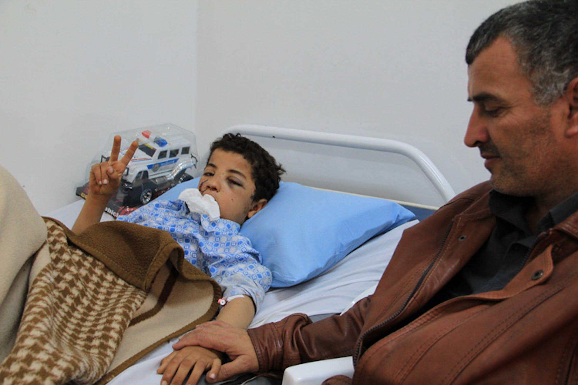 Mufteh, il bambino protagonista di questa storia, in ospedale a Bengasi prima dell'operazione. Accanto a lui è il padre, Mohamed - ©UNICEF Libia/2011/J.Elder