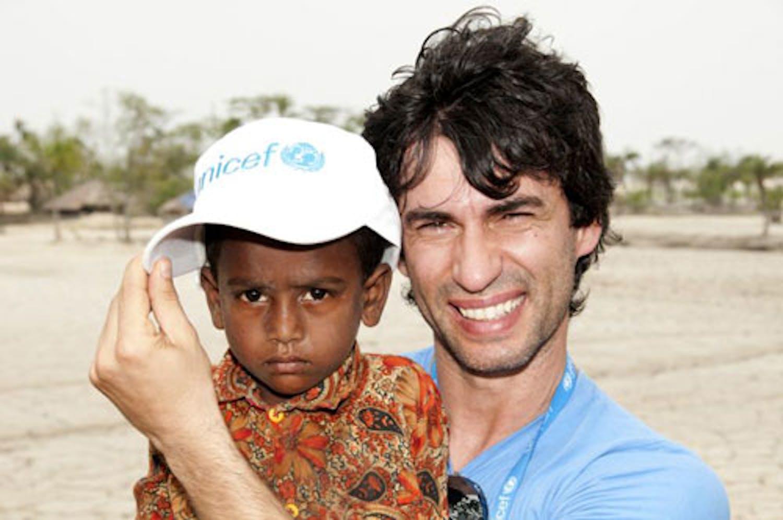 Kledi con un bambino durante la missione con l'UNICEF in Bangladesh - ©UNICEF Italia/2011/Pacifico
