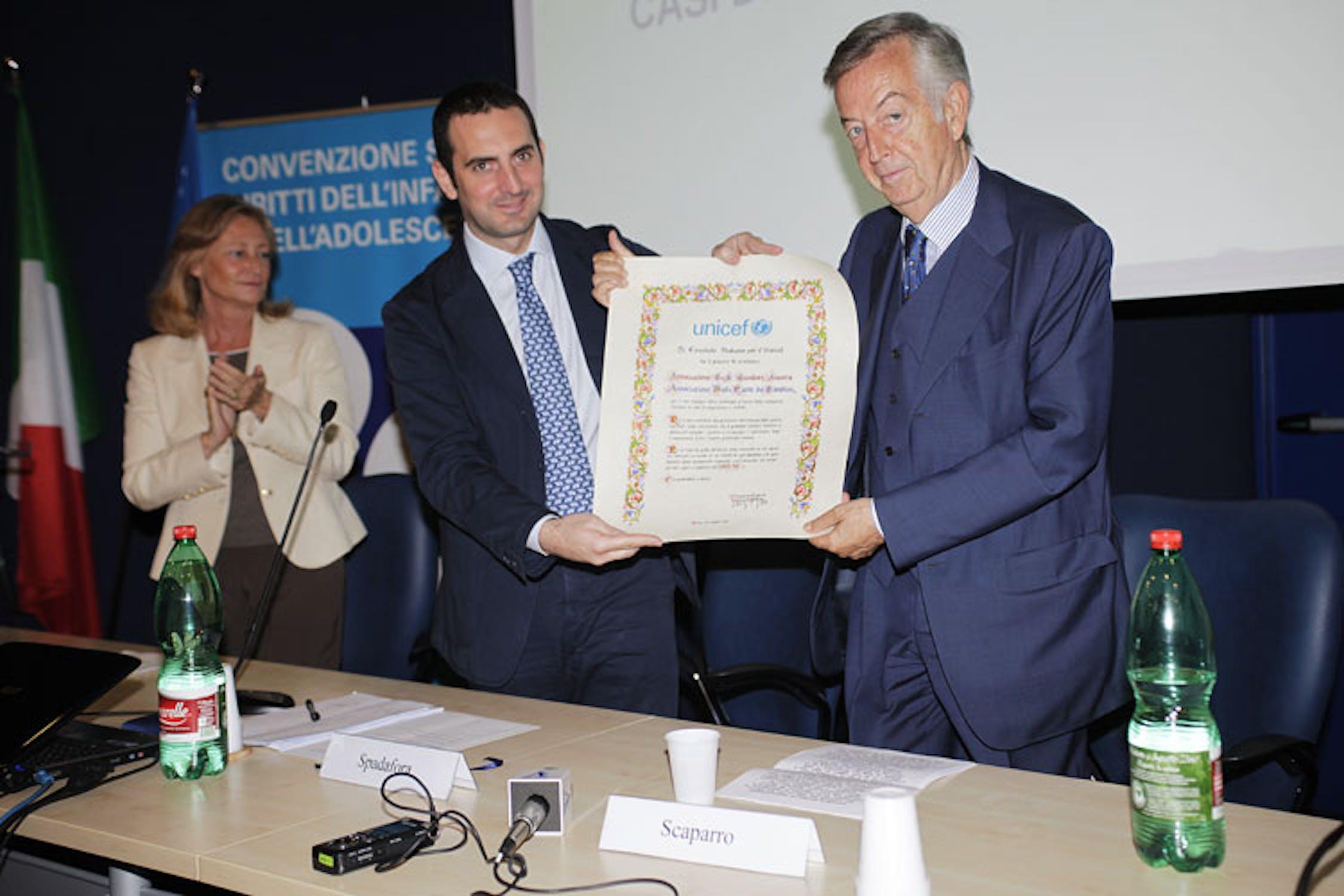 Il presidente dell'UNICEF Italia Vincenzo Spadafora consegna il riconoscimento UNICEF a Fulvio Scaparro, fondatore della GeA - ©UNICEF Italia/2011/A.Longobardi