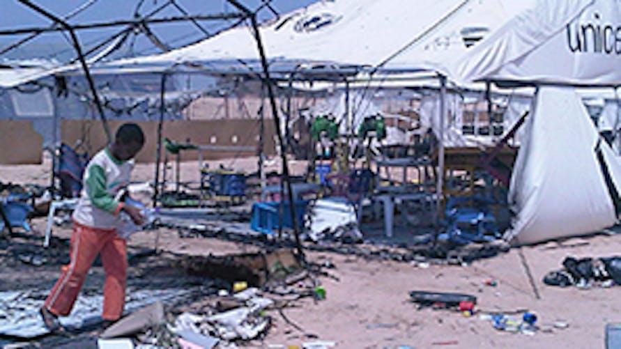 Quello che rimane di una delle tende-scuola bruciate durante i disordini nel campo profughi di Shousha - ©UNICEF Tunisia/2011/Luckman