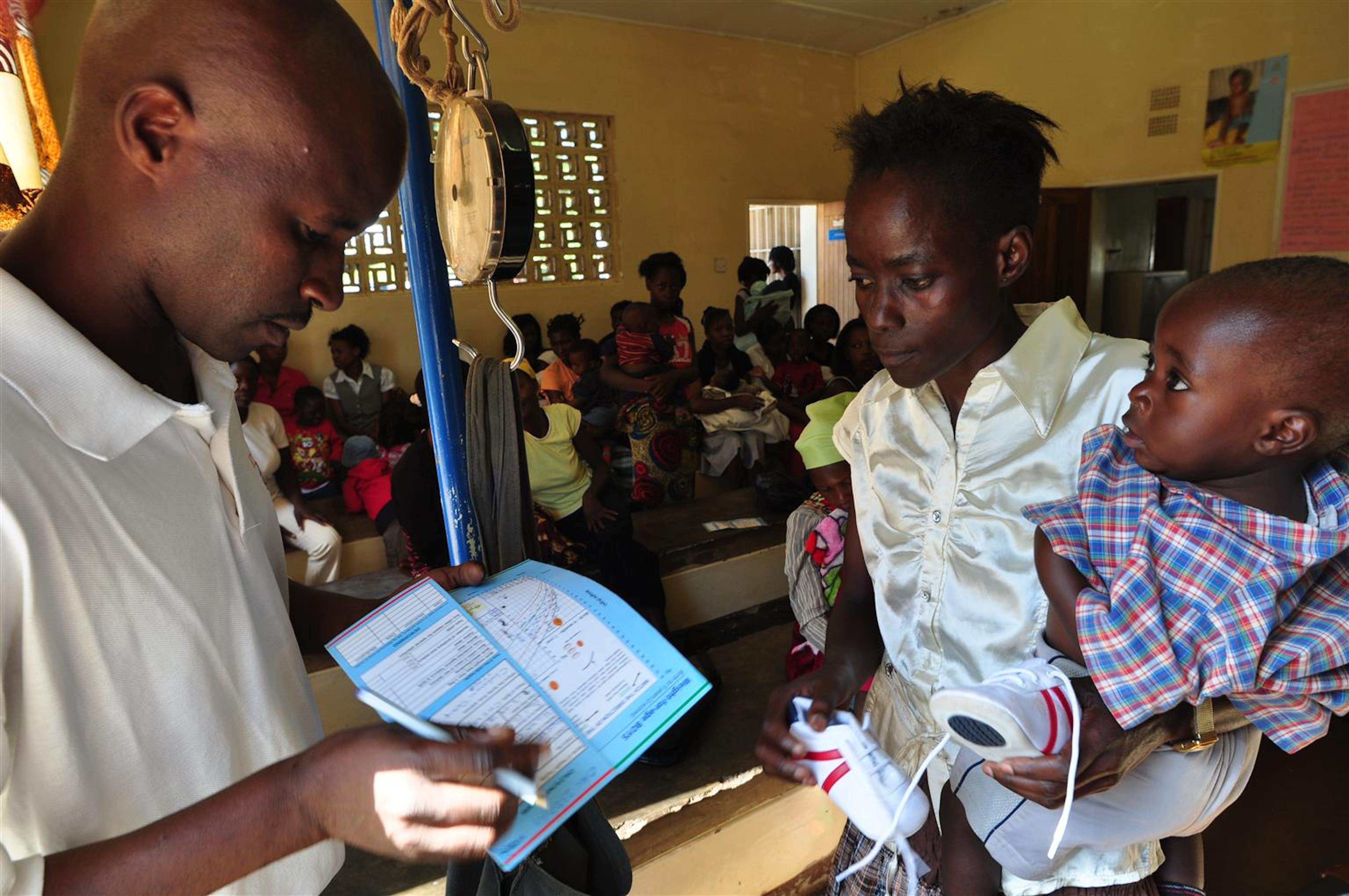 Zambia. Un operatore sanitario esamina le condizioni del piccolo Mwitwa, di 14 mesi. La mamma è sieropositiva e anche il bambino è a rischio - ©UNICEF/NYHQ2010-0849/Nesbitt