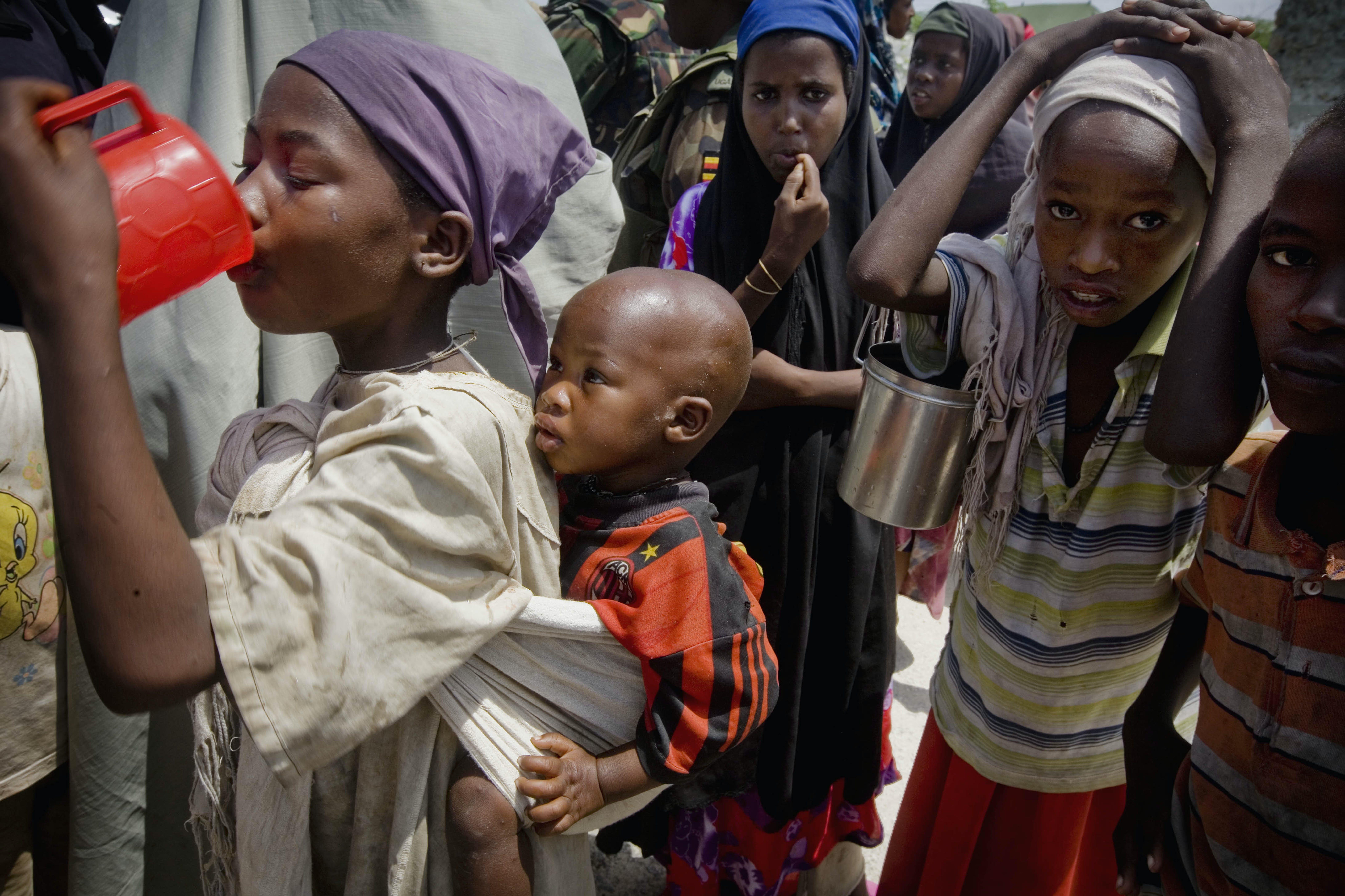 Distribuzione di acqua potabile nel campo per sfollati di Mogadiscio, capitale della Somalia