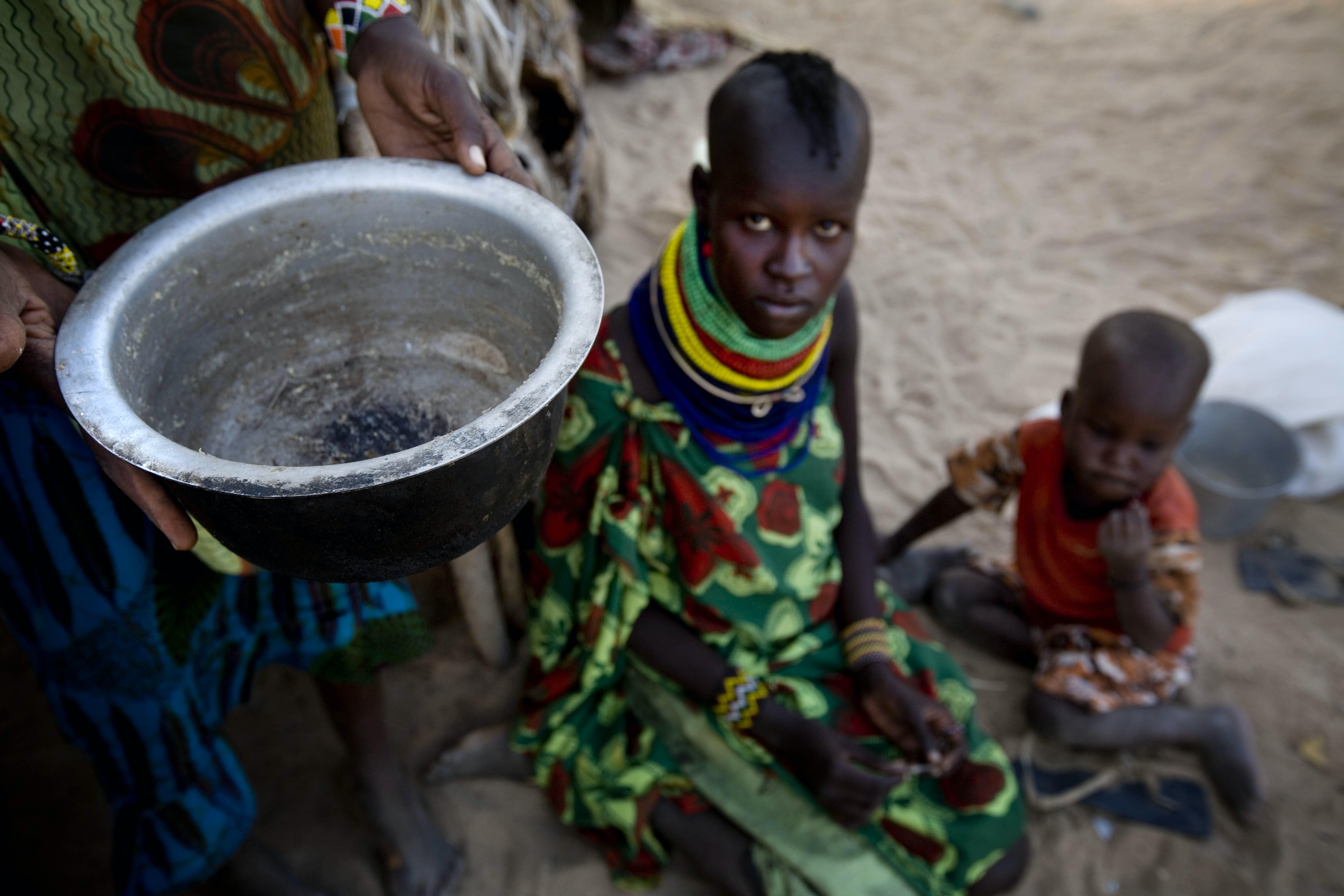Una donna con i suoi due bambini nella città di Lodwar, al confine tra Kenya e Somalia - ©UNICEF/NYHQ2011-1034/K.Holt