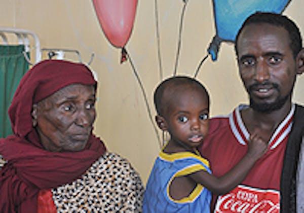 Il piccolo Aden, di tre anni, in braccio al suo papà. E' in buona salute dopo un mese di cure al centro nutrizionale del campo profughi di Daddab, in Kenya ©UNICEF
