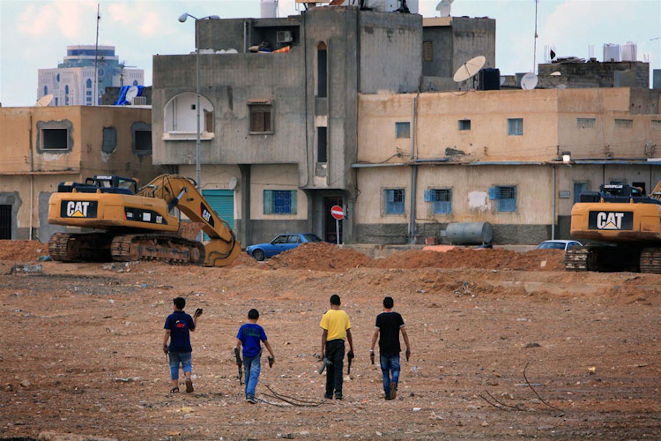 Ragazzi esplorano quello che resta di un deposito di munizioni bombardato dalla NATO a Tripoli, capitale della Libia - ©UNICEF/NYHQ2011-1546/G.Diffidenti