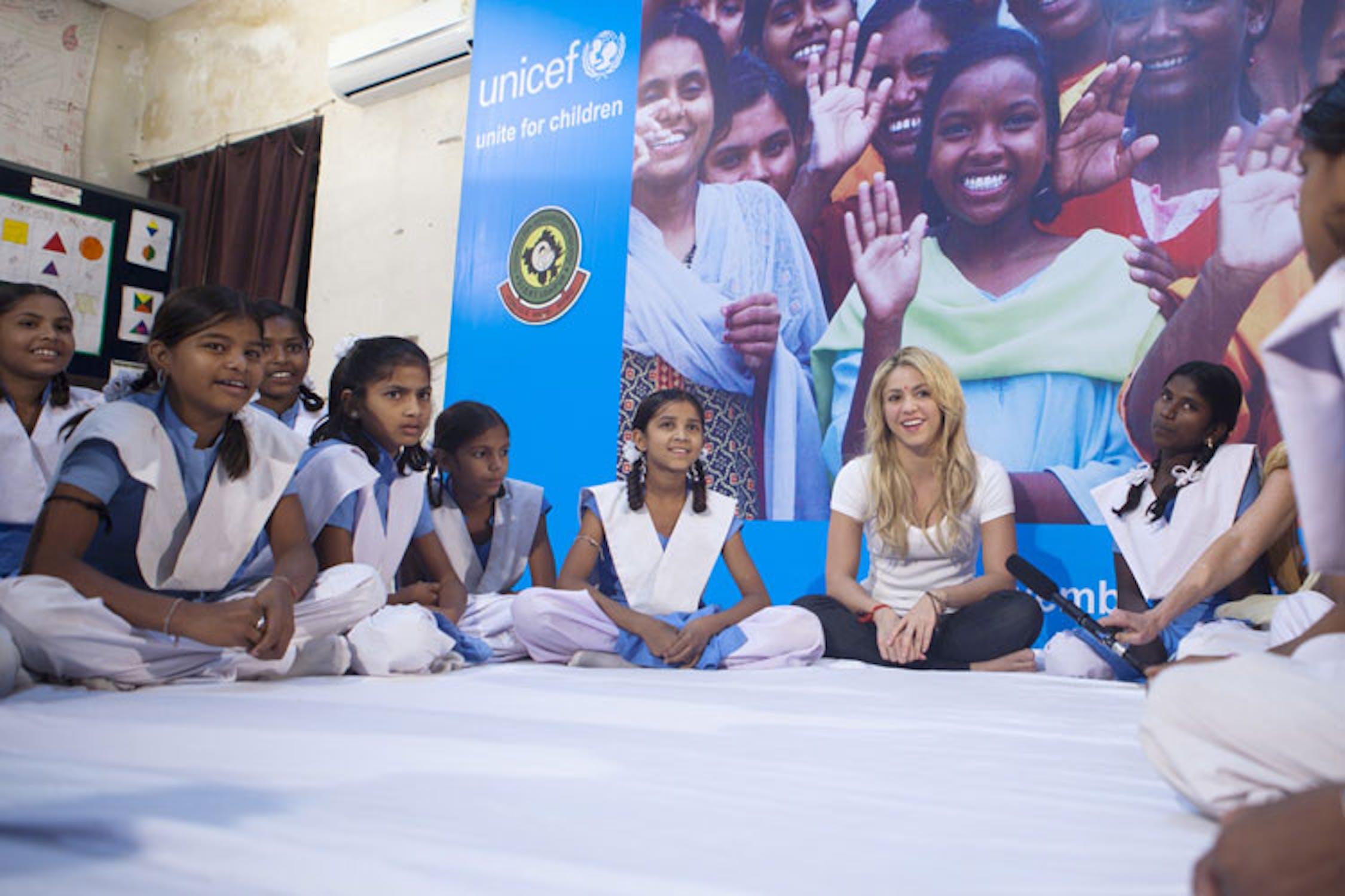 Shakira con le ragazze del progetto KGBV in Rajasthan, India - ©UNICEF/NYHQ2011-1811/Vishwanathan