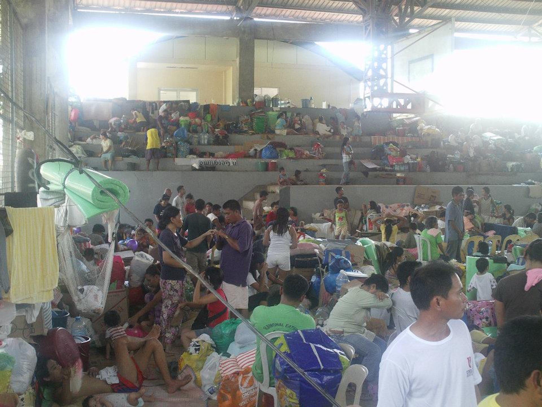 Un campo di basket adibito a rifugio per migliaia di sfollati: una delle decine di strutture di accoglienza improvvisate nella città di Cagayan de Oro