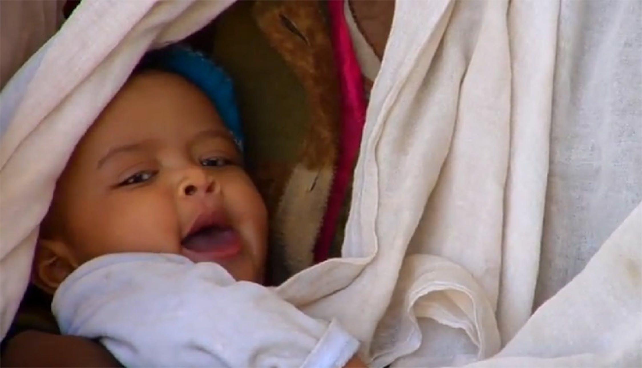 Madre e bambino nella sala d'aspetto dell'ambulatorio di Derer Ebija, in Etiopia - ©UNICEF Video/2011
