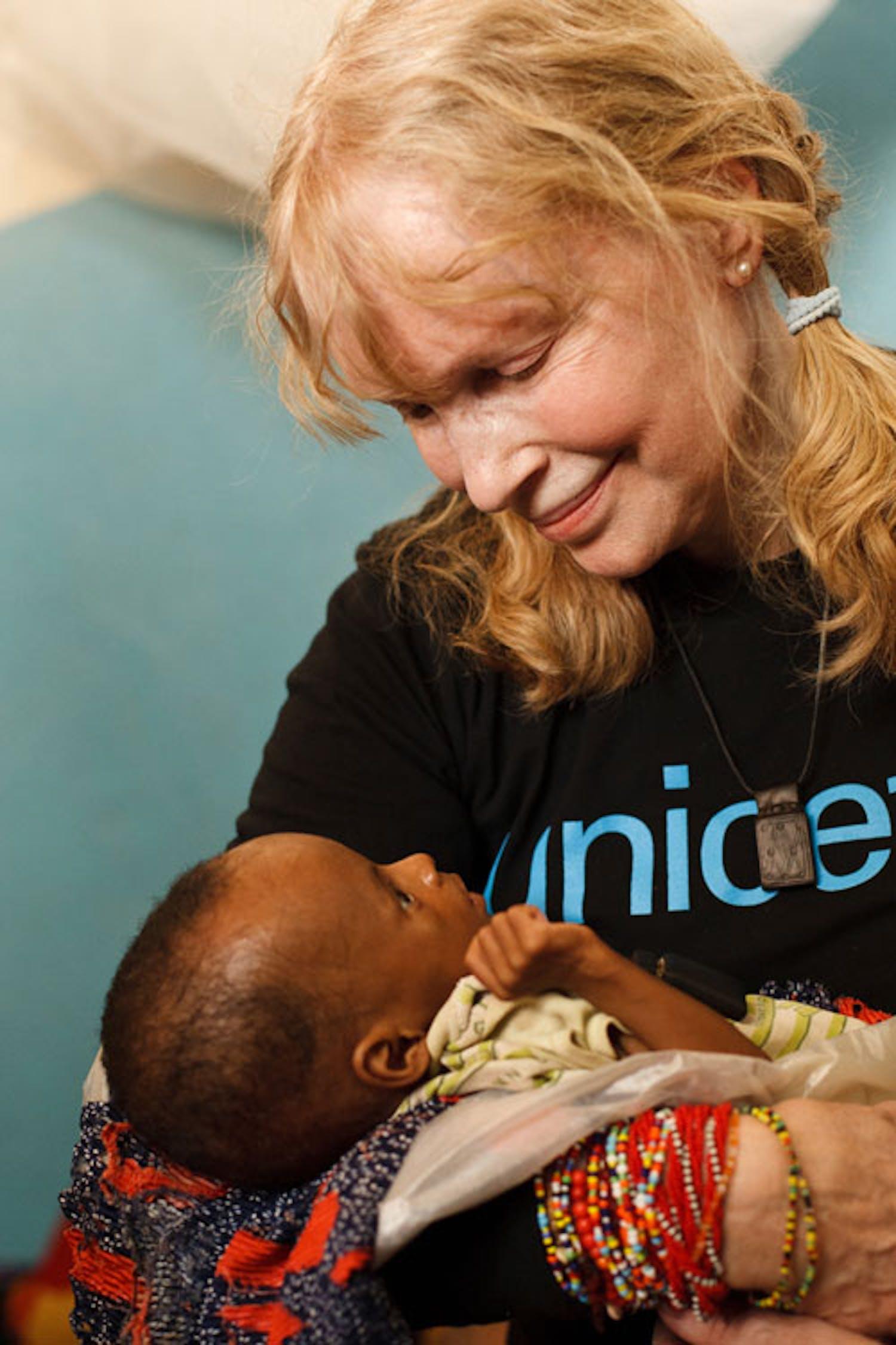 Mia Farrow con una bambina gravemente malnutrita nell'ospedale di Mao (Ciad): sono circa 100.000 i bambini a rischio di morte per fame nel paese africano - ©UNICEF/NYHQ2012-0045/Asselin