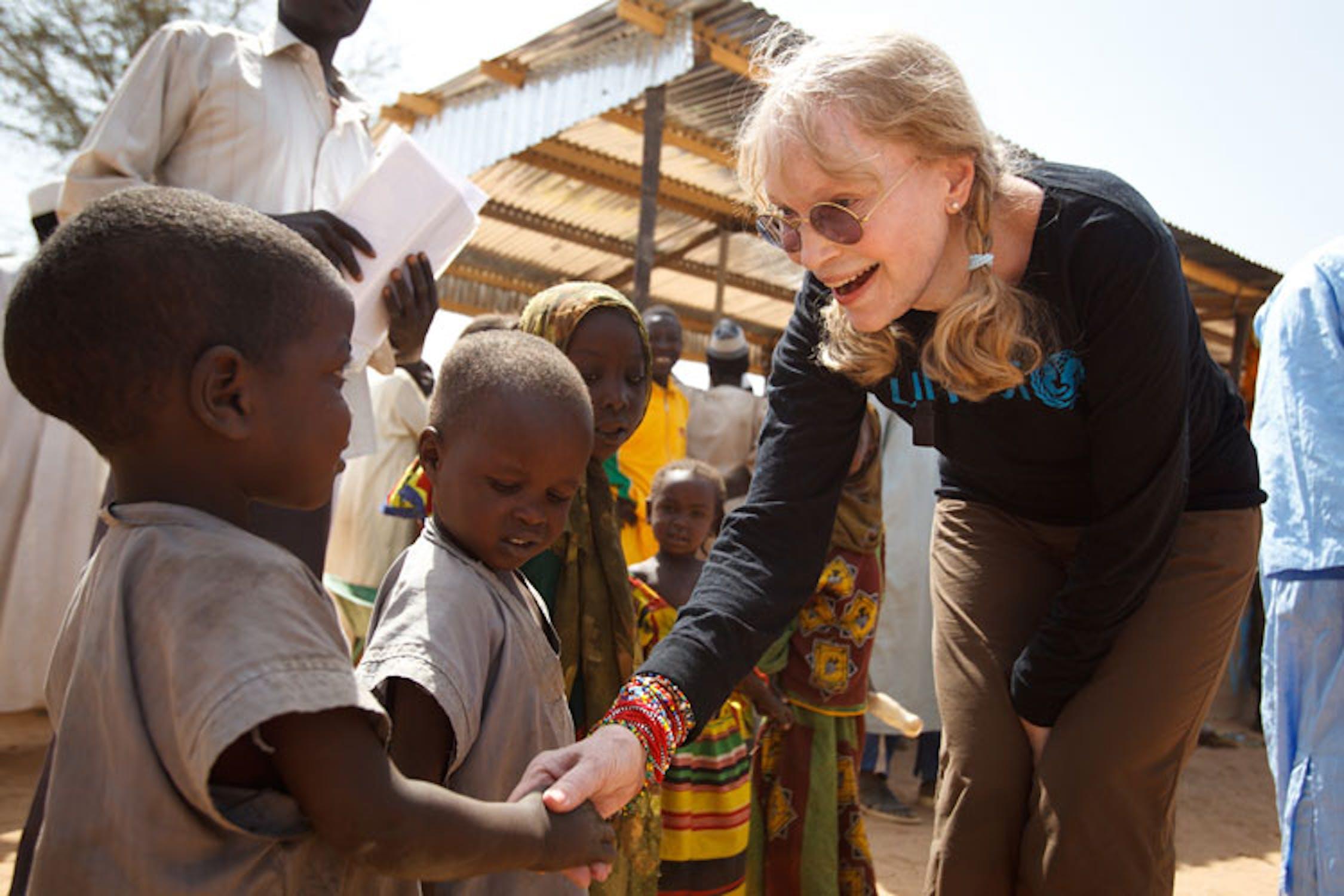 Mia Farrow con un bambino del Darfur nel campo profughi di Koubigou, nei pressi della città di Goz Beida (Ciad) - ©UNICEF/NYHQ2012-0049/Asselin