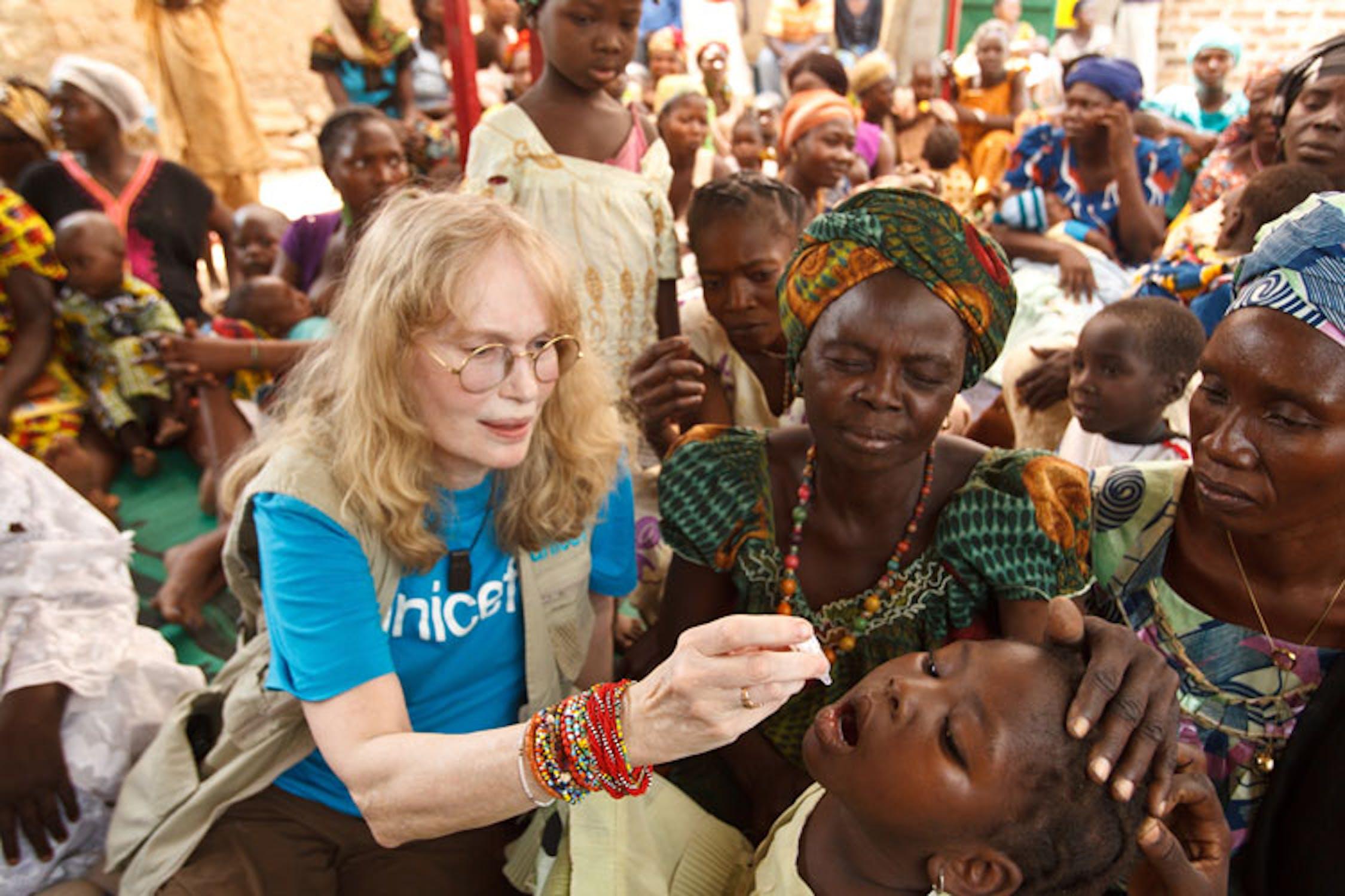 Moundou (Ciad): Mia Farrow somministra una dose di vaccino orale antipolio durante una sessione di immunizzazione gestita da una ONG ciadiana e finanziata dall'UNICEF - ©UNICEF/NYHQ2012-0062/Asselin
