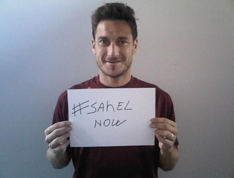 Francesco Totti ha aderito alla Campagna UNICEF per il Sahel inviandoci la sua foto con la scritta SahelNOW via Twitter