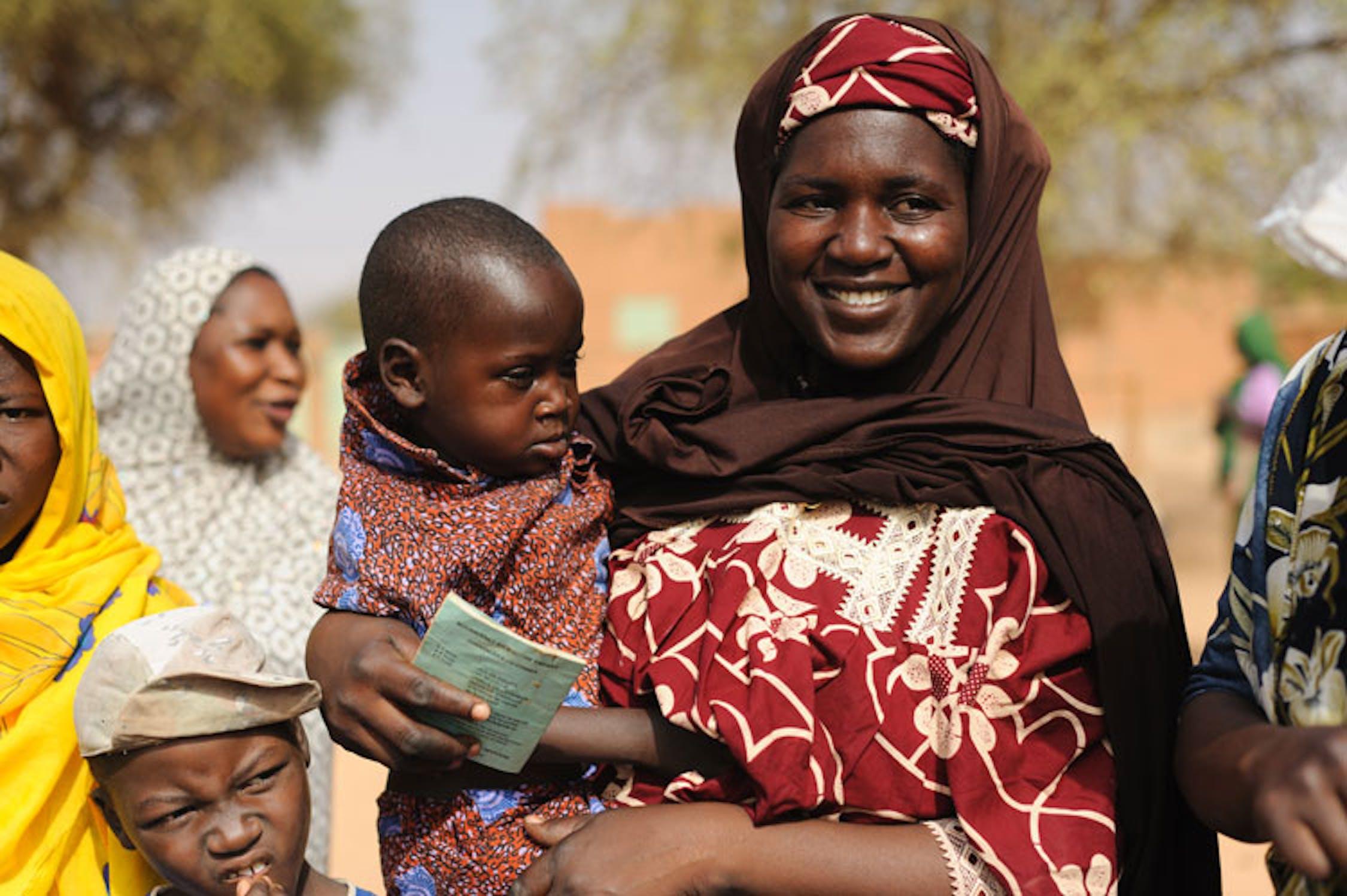 Abdoul, 3 anni, in fila con la mamma per il controllo al Centro nutrizionale terapeutico di Oullam (Niger) - ©UNICEF Niger/2012/Quarmyne