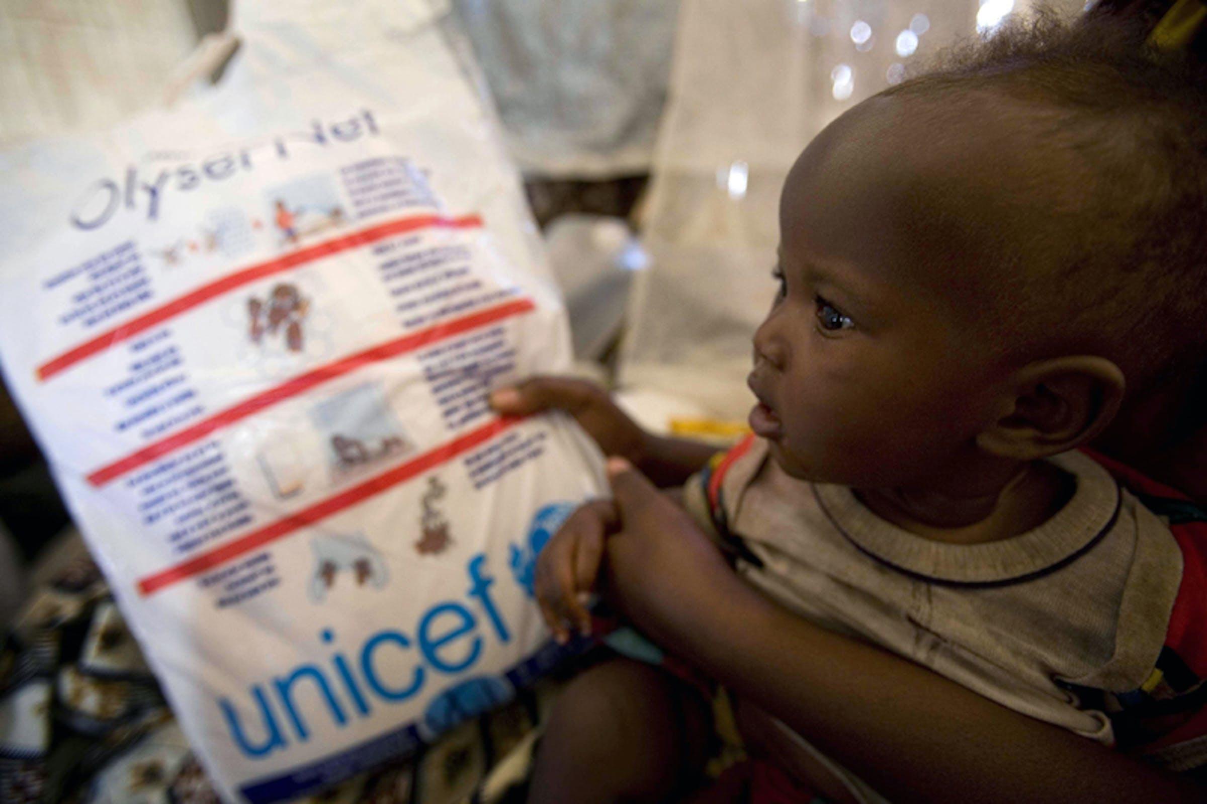 Réponse (7 mesi) con sua madre Nyanxima riceve una zanzariera nel campo per sfollati di Kibati, provincia di Nord Kivu (Rep. Democratica del Congo) - ©UNICEF/NYHQ2008-1232/Holt