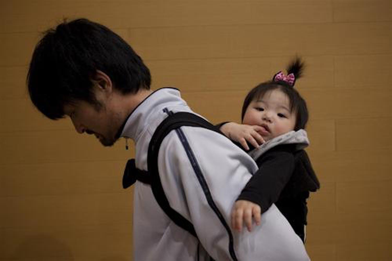 Padre e figlia a Koriyama (prefettura di Fukushima), marzo 2011) - ©UNICEF/NYHQ2011-0420/Dean