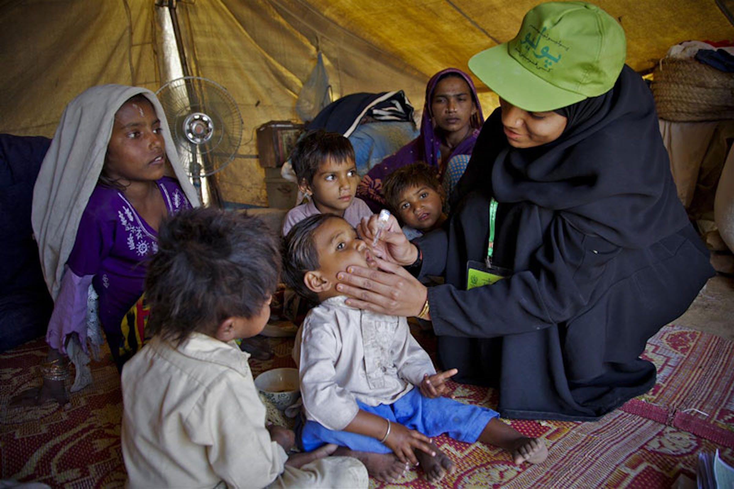 Un'operatrice sanitaria somministra una dose di vaccino orale antipolio a un bambino durante le Giornate nazionali di vaccinazione del 2011 in Pakistan - ©UNICEF/NYHQ2011-0185/Zaidi