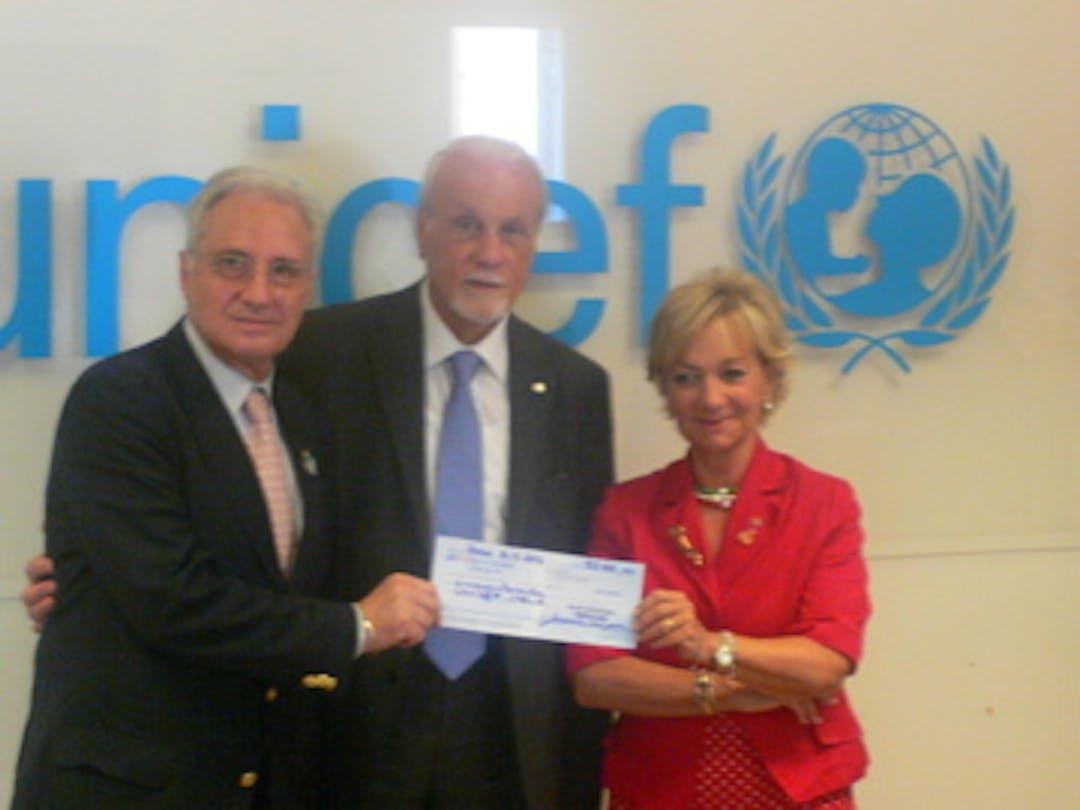 La consegna della donazione da parte del Rotary, in favore dei progetti UNICEF in Guinea Bissau