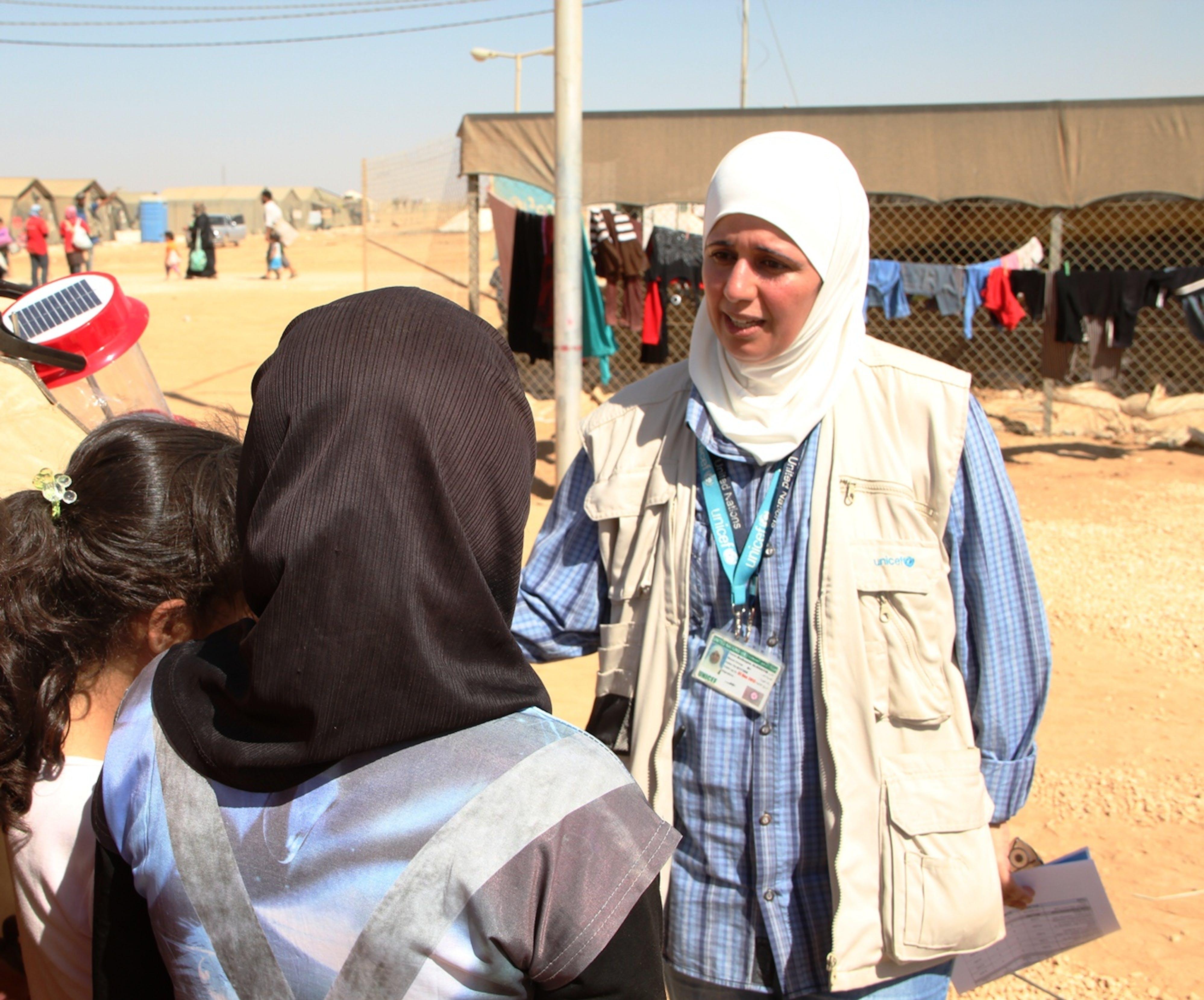 In questa foto: Buthayna Al-Khatib, Operatrice UNICEF, parla con i bambini appena arrivati nel campo profughi di Za'atari.