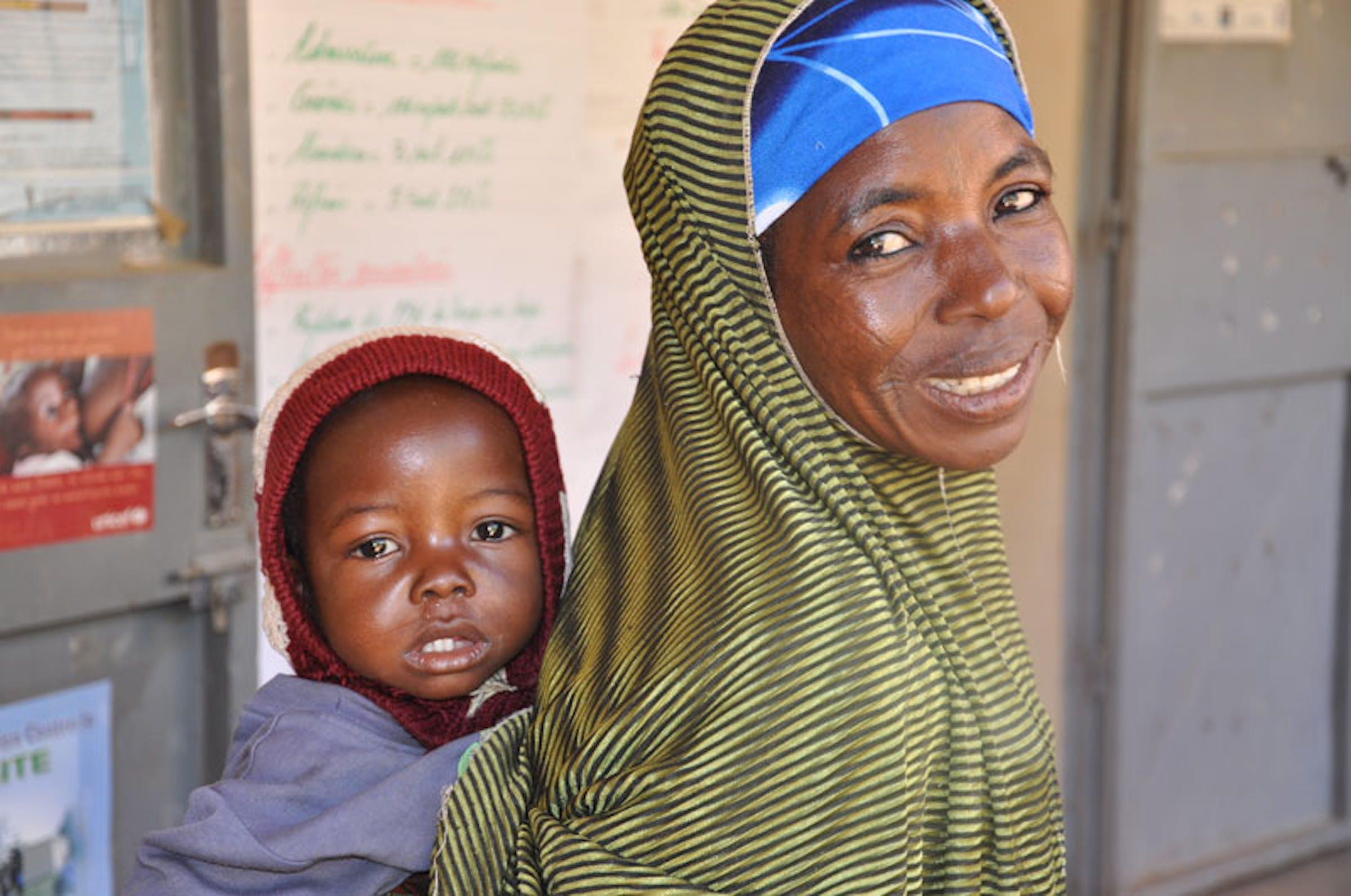 Madre e figlio al Centro nutrizionale terapeutico di Mazadou Abdou, in Niger - ©UNICEF Niger/2012/C.Tidey