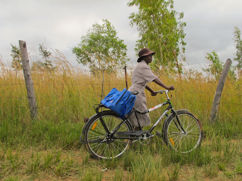 Netsayi, un'operatrice sanitaria di villaggio dello Zimbabwe con la bicicletta che utilizza per gli spostamenti - ®UNICEF AUSNC/2012-0412/Tattersall