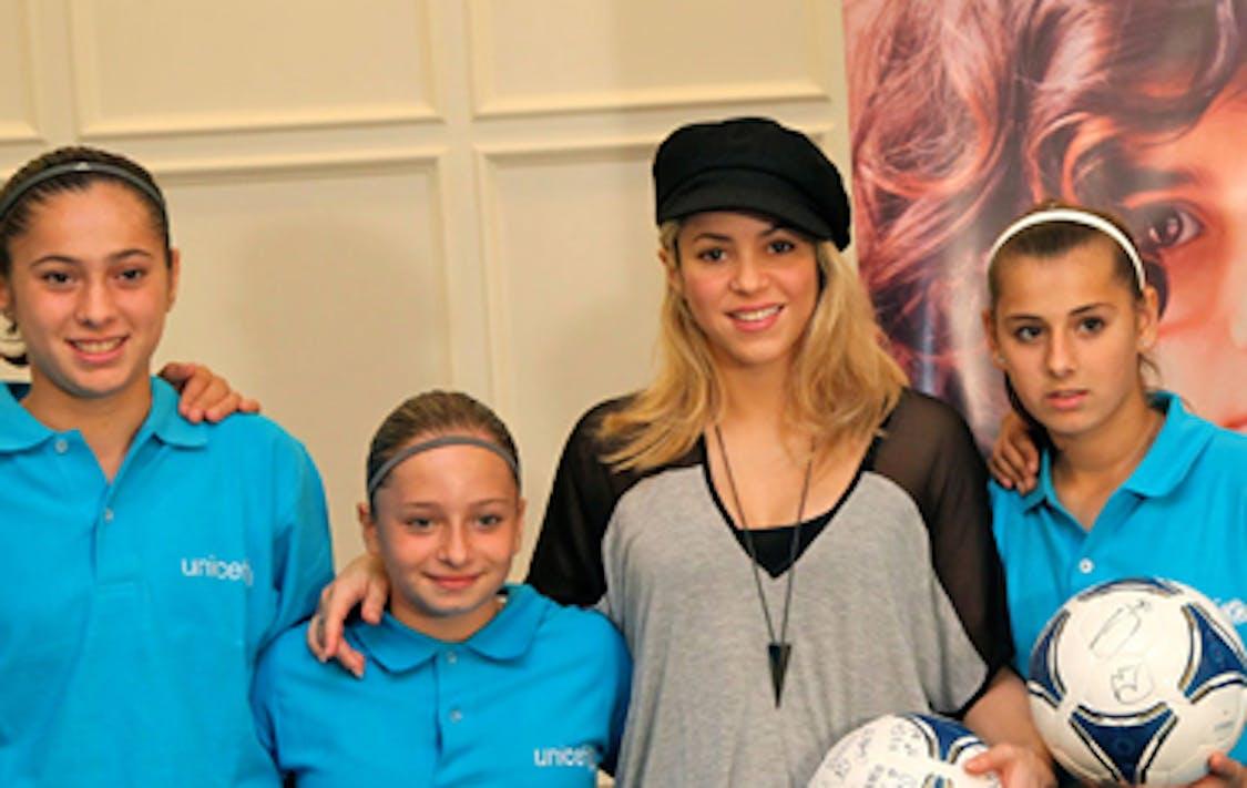 Shakira con alcune delle giovani calciatrice incontrate a Baku (Azerbaigian) - ©UNICEF Azerbaigian/2012/Pirozzi