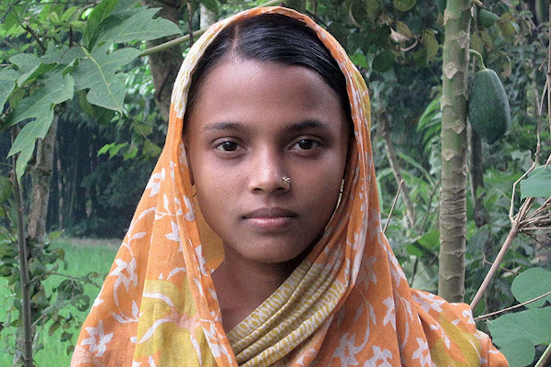 Rima Begum, 14 anni. Sposa da quando ne aveva 12, è stata malmenata dal marito e rispedita a casa dei suoi. L'uomo spera così di ottenere un'integrazione della dote - ©UNICEF/NYHQ2009-2316/Sheba