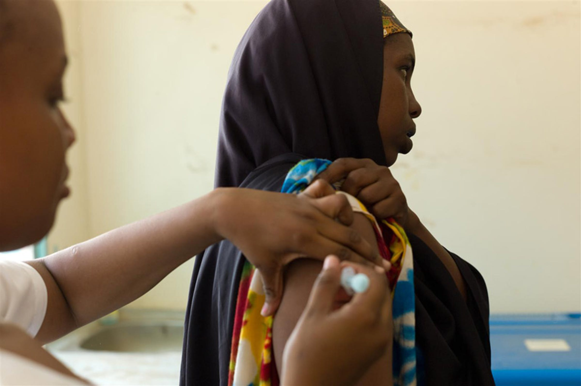 Una donna incinta riceve una dose di vaccino antitetanico nell'ospedale di Garissa (Kenya). Il Kenya è uno dei 28 Stati oggi certificati liberi dal tetano - ©UNICEF Kenya/2011-0055/Nesbitt