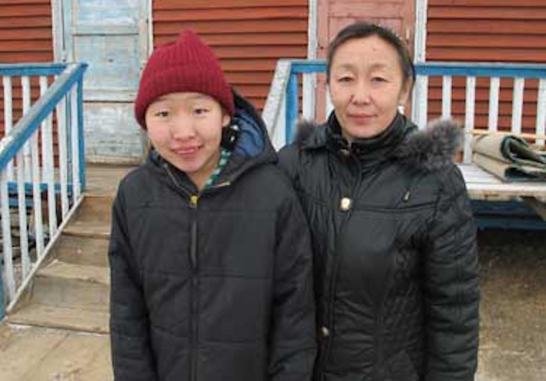 Uyanga, 13 anni, con la mamma - ©UNICEF Mongolia/2012/Dolan