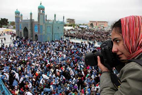 La fotografa Farzana Wahidy riprende dall'alto una manifestazione per i diritti delle donne a Mazar-i-Sharif, nel nord dell'Afghanistan - ©UNAMA/Fardin Waezi