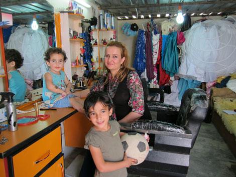 Un'immagine del salone di bellezza aperto da Avin nel campo profughi di Domiz (Iraq) - ©UNICEF Iraq/2013/Wendy Bruere