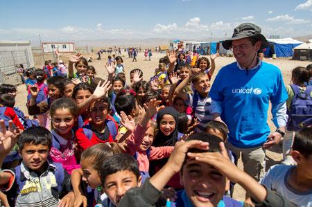 I bambini del campo con il Direttore generale dell'UNICEF Italia, Davide Usai - ©UNICEF Italia/2013/Pino Pacifico